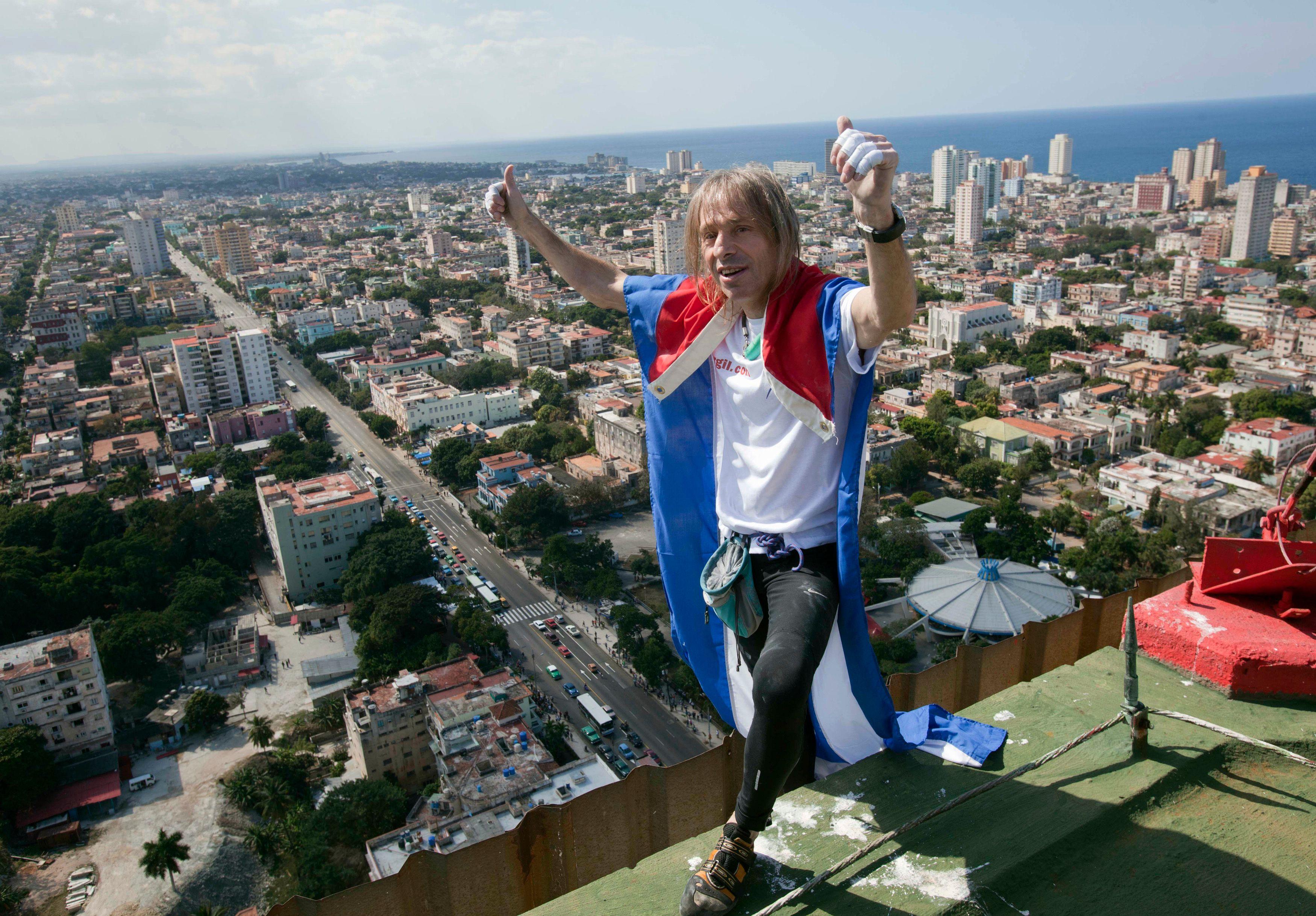 L'homme-araignée français sur le toit du monde, au drapeau cubain sur les épaules.