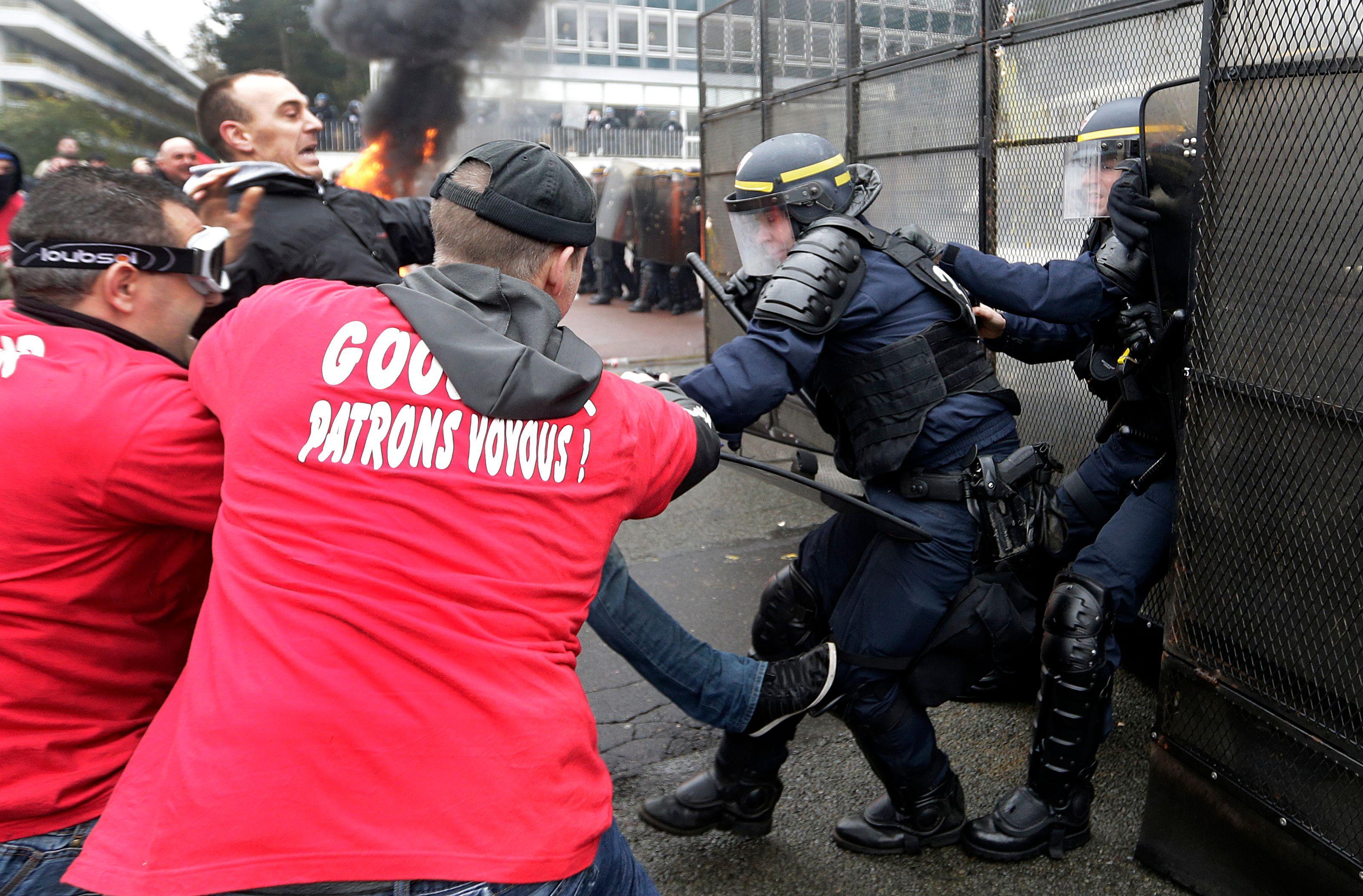 Les salariés de l'usine Goodyear de Rueil-Malmaison s'en sont violemment pris aux forces de l'ordre lors d'une manifestation ce jeudi.