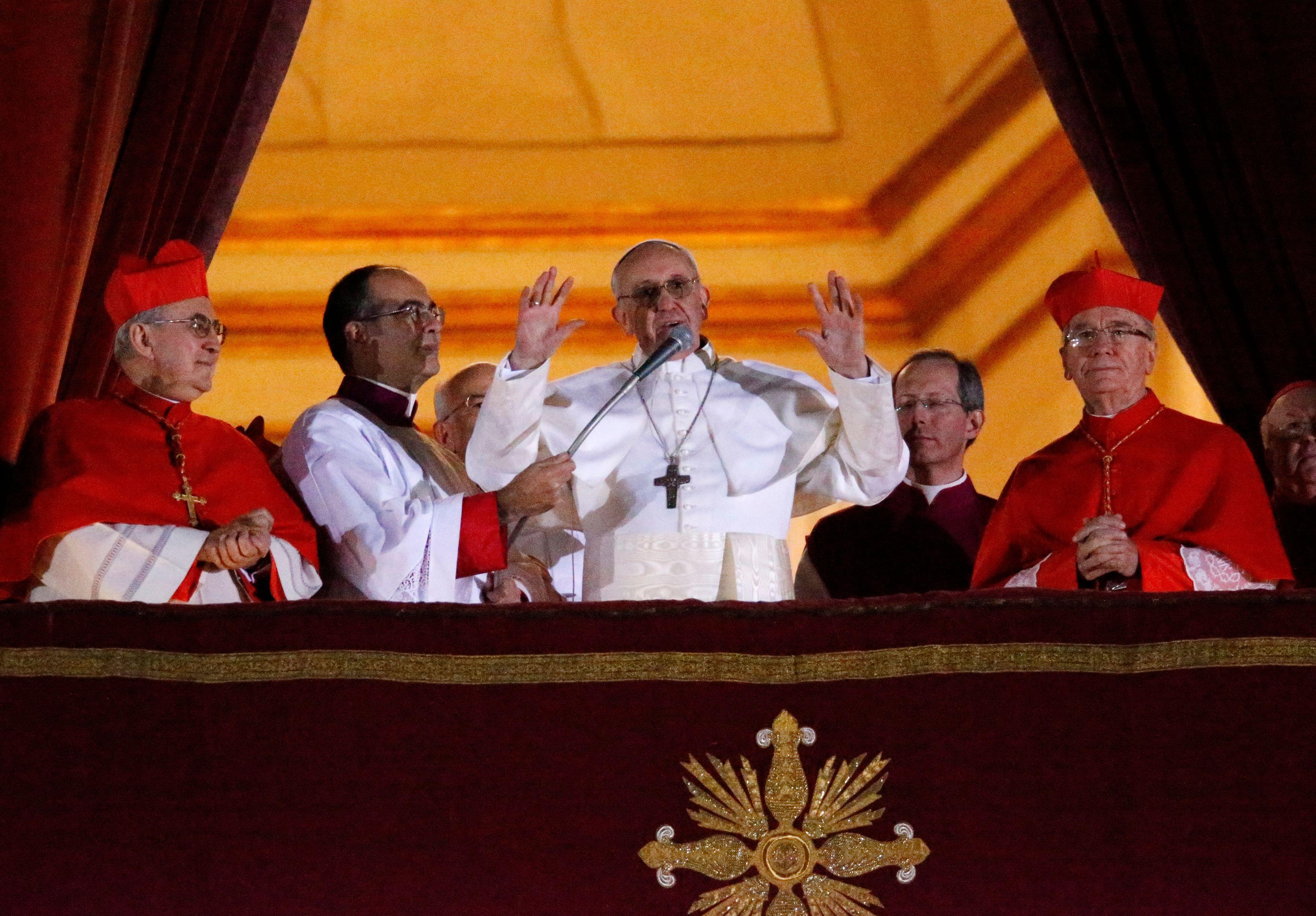 Le Vatican a tweeté un graffiti représentant le pape en Superman.