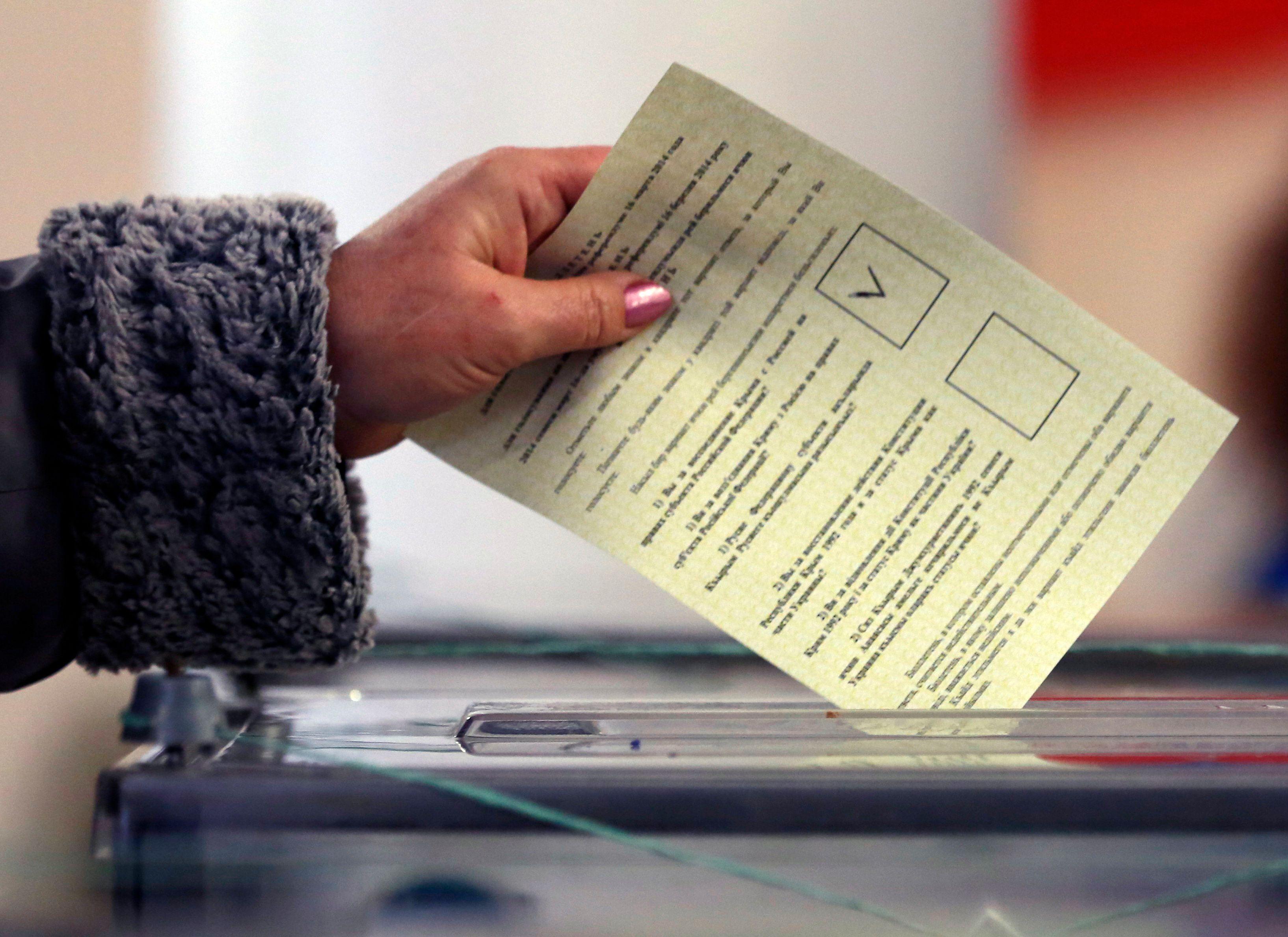 Un bulletin de vote lors du référendum en Crimée, ce matin.