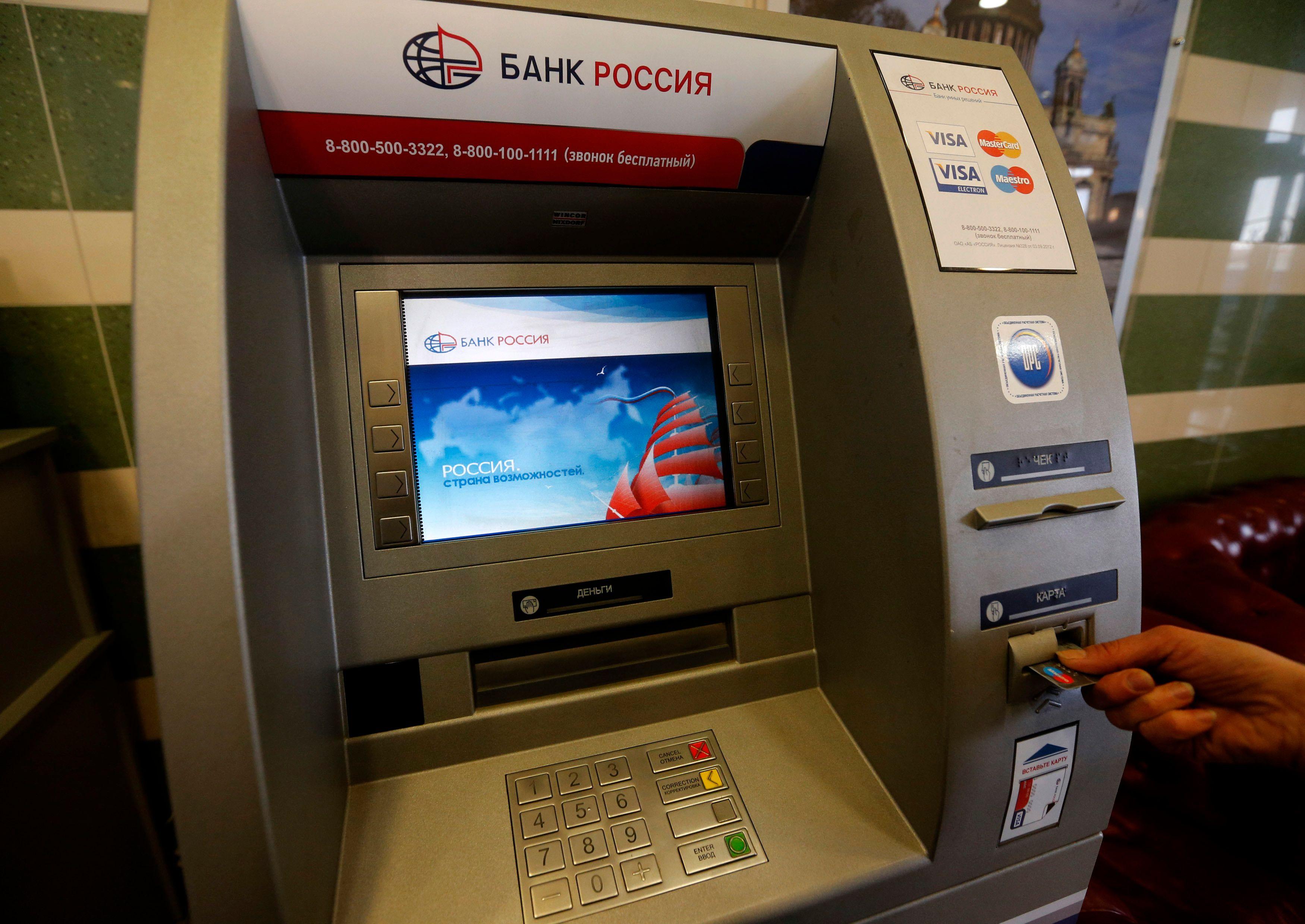 Atlantico fait le point sur les nouvelles techniques quasi indétectables pour pirater votre carte bancaire quand vous retirez des billets