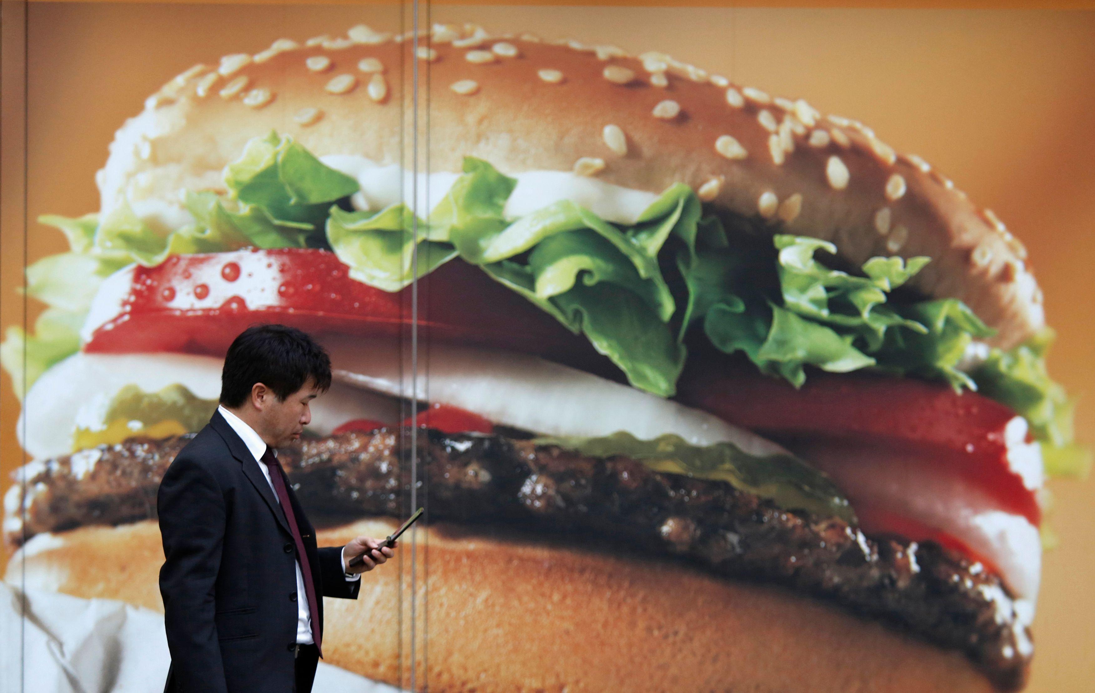 Les pièges de la junk food : comment la malbouffe parvient à tromper le cerveau sur la quantité de nourriture avalée
