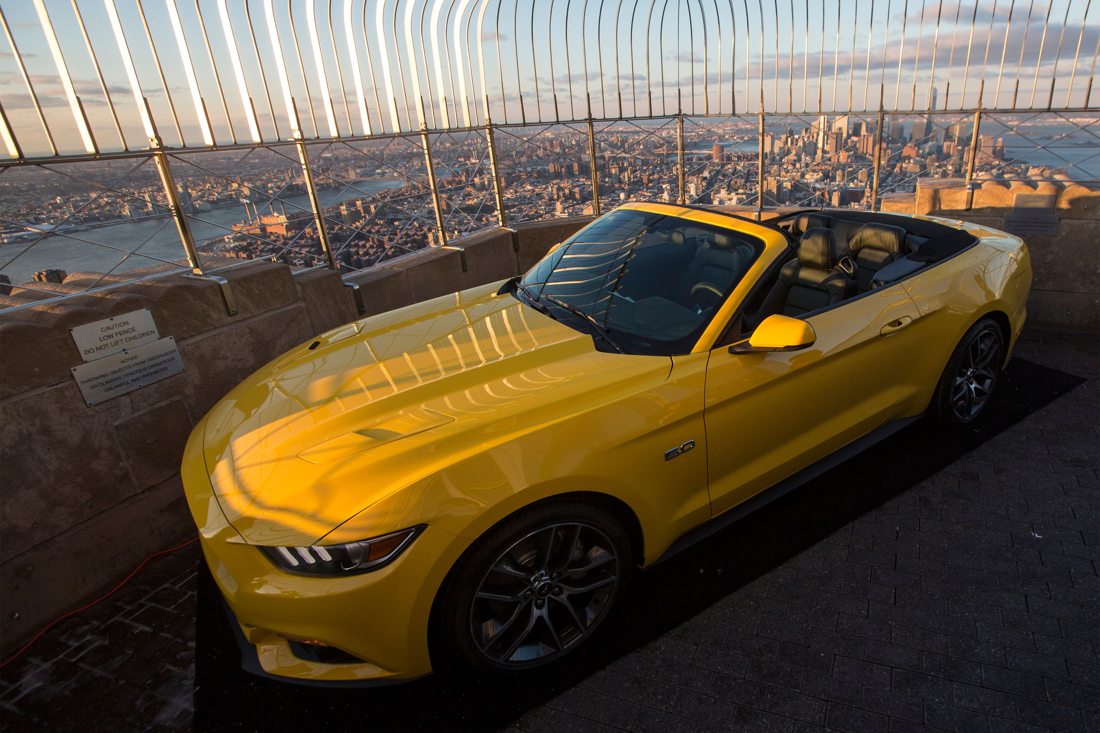 Une Ford Mustang a été hissée mercredi en haut de l'Empire State Building, à New-York.