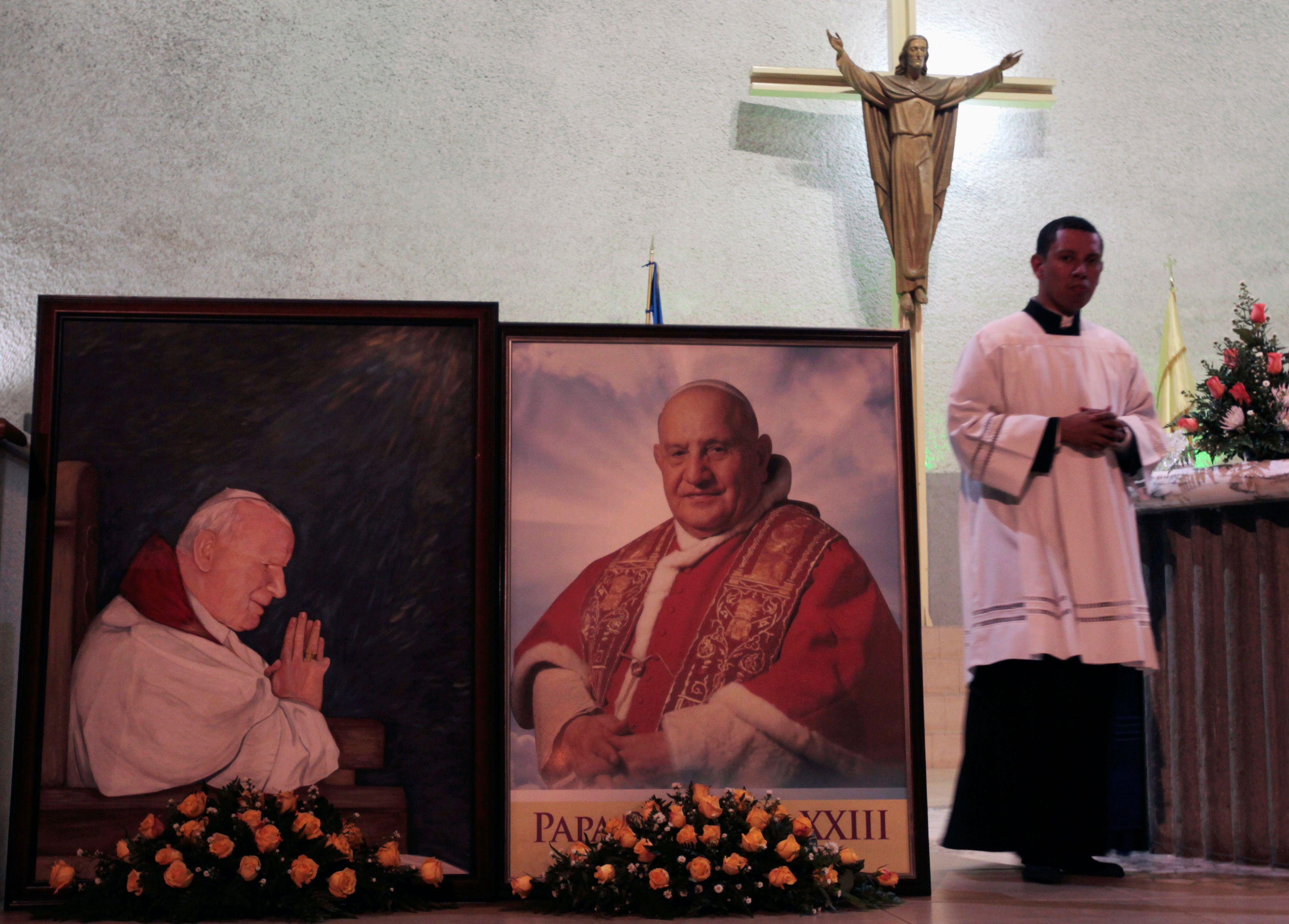 Des photos de Jean-Paul II et Jean XXIII, ce matin lors de la double-canonisation.