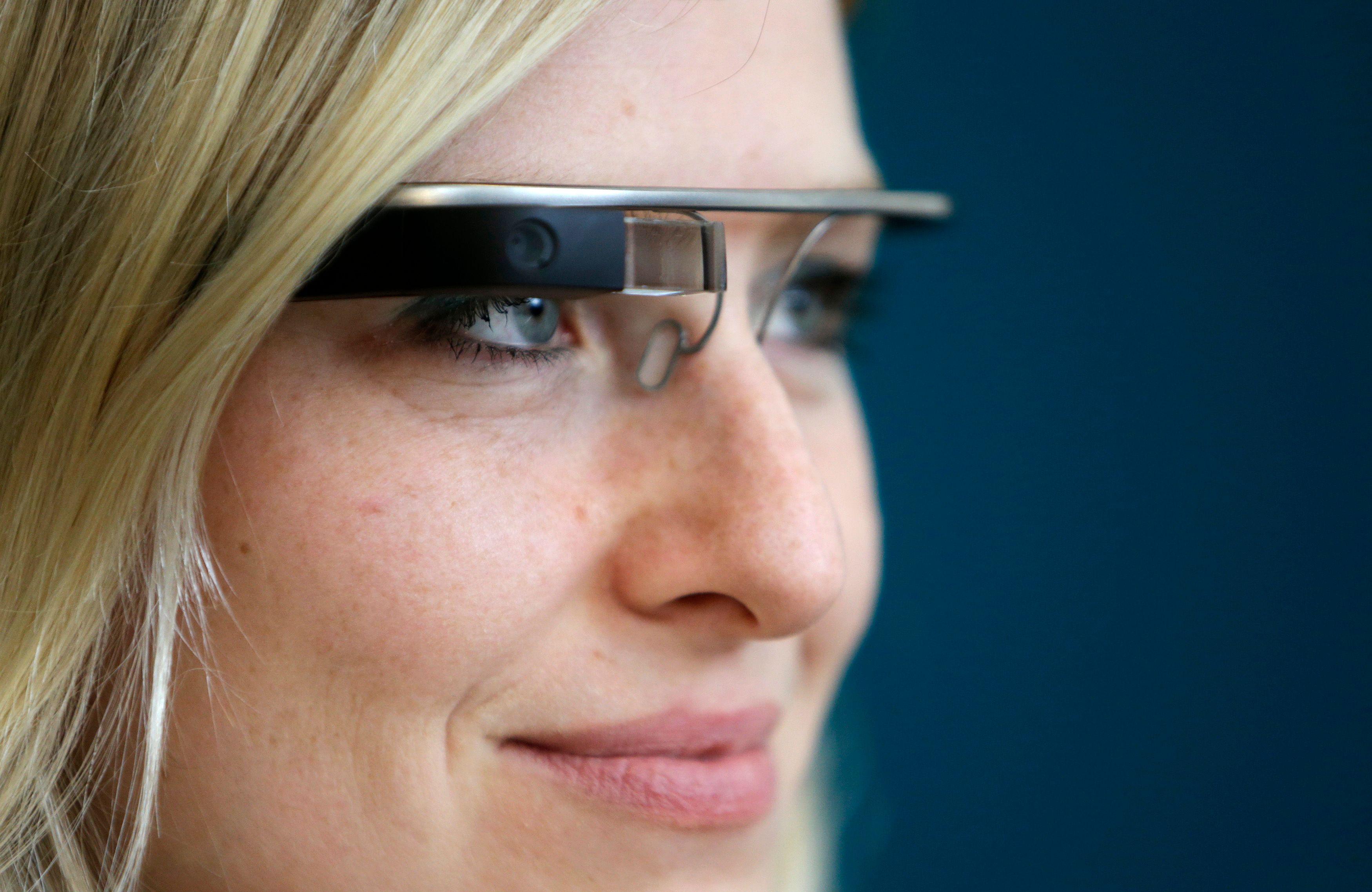 Les Google glasses avec caméras intégrées débarquent au Royaume-Uni.