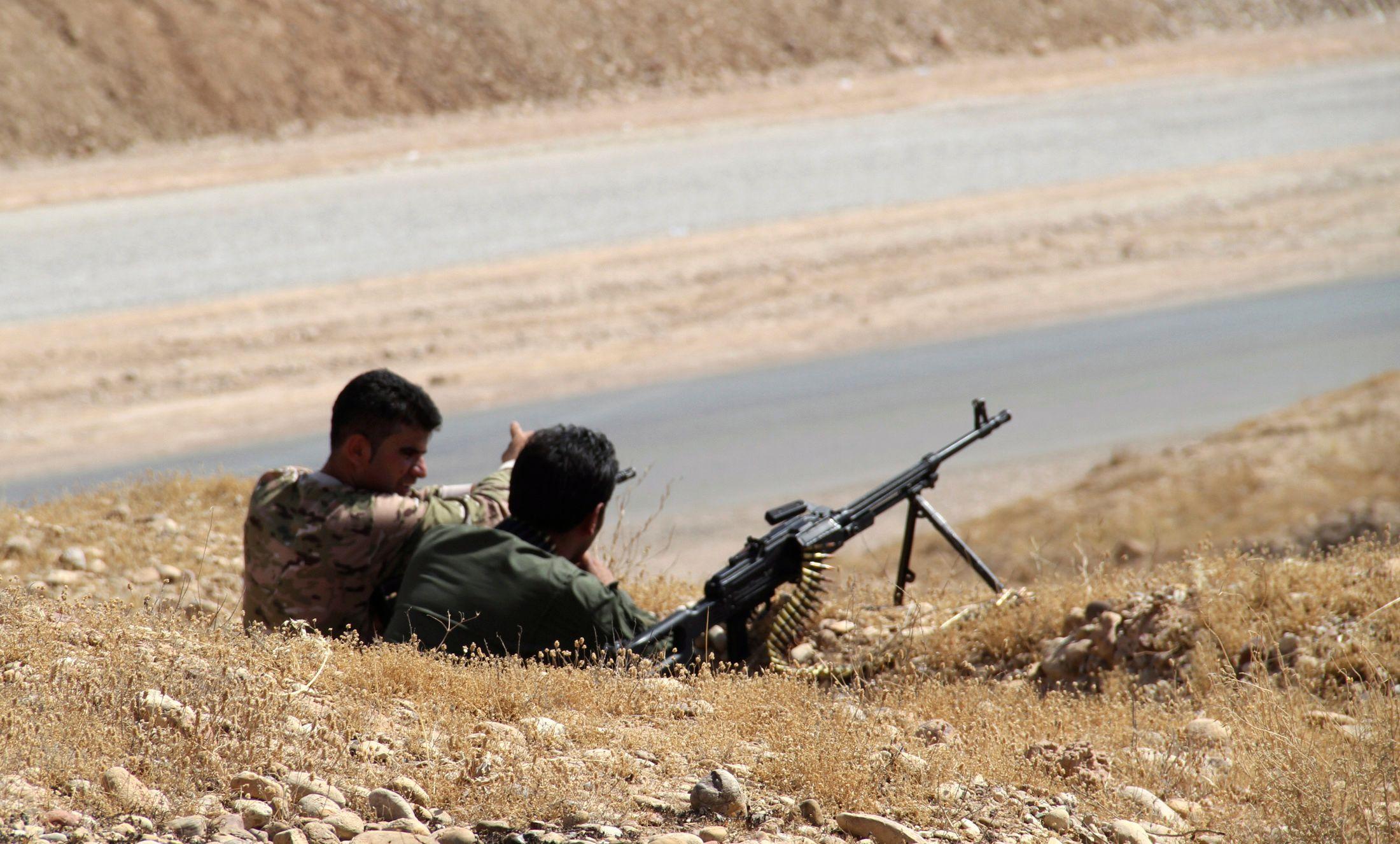 Des membres des forces de sécurité kurdes prennant position au cours d'affrontements avec le groupe jihadiste ISIL.