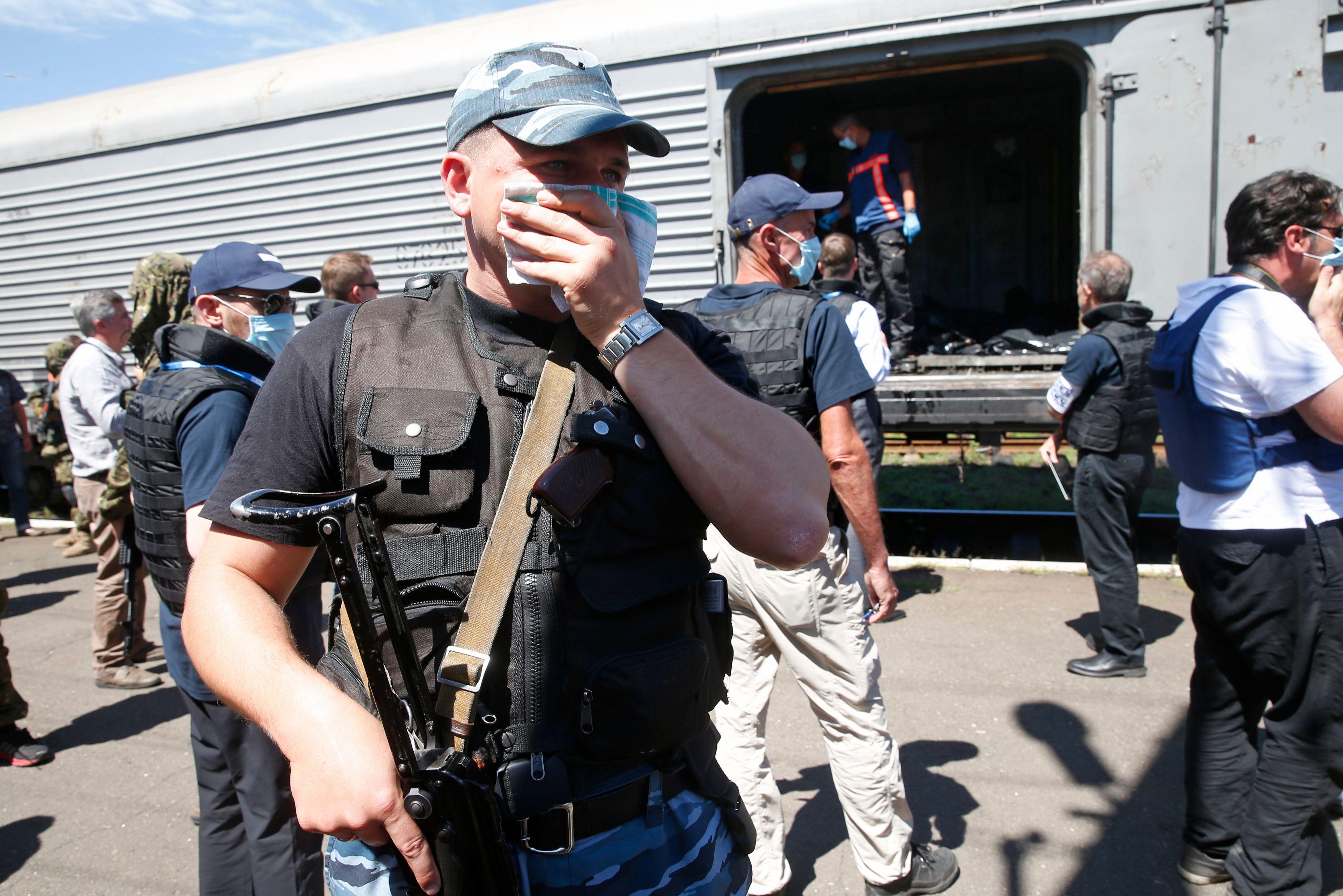 Les corps des victimes ont été placés dans un train