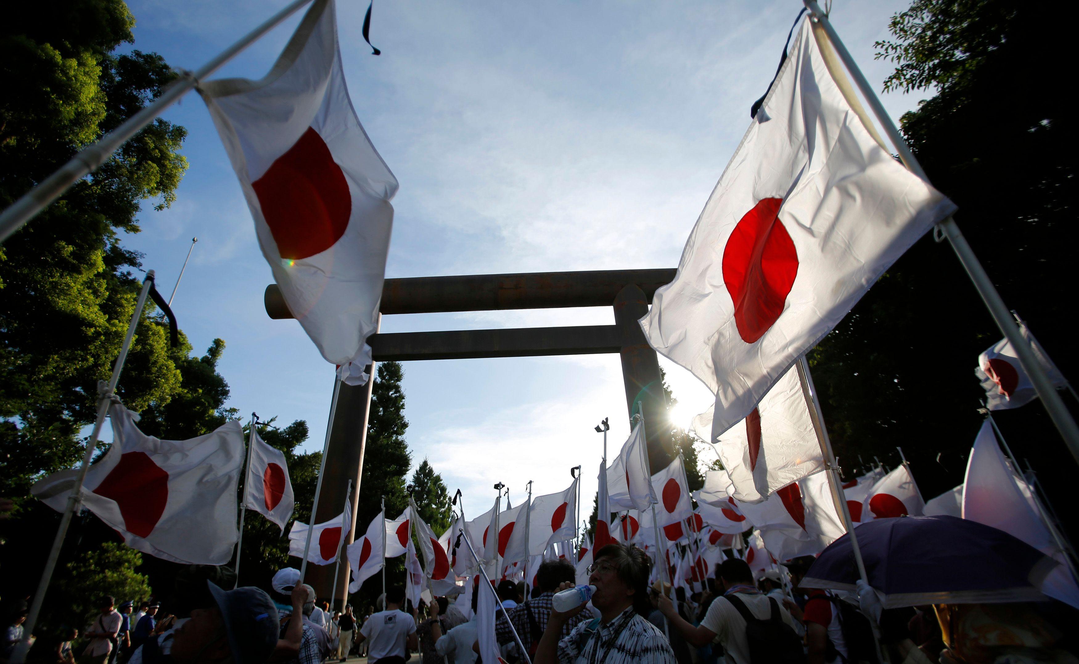 Les Chinois reprochent aux Japonais de ne pas s'être suffisamment excusés pour les crimes de guerre, et les milieux nationalistes japonais cherchent de leur côté (c'est une constante depuis 1945) à minimiser ces crimes de guerre.