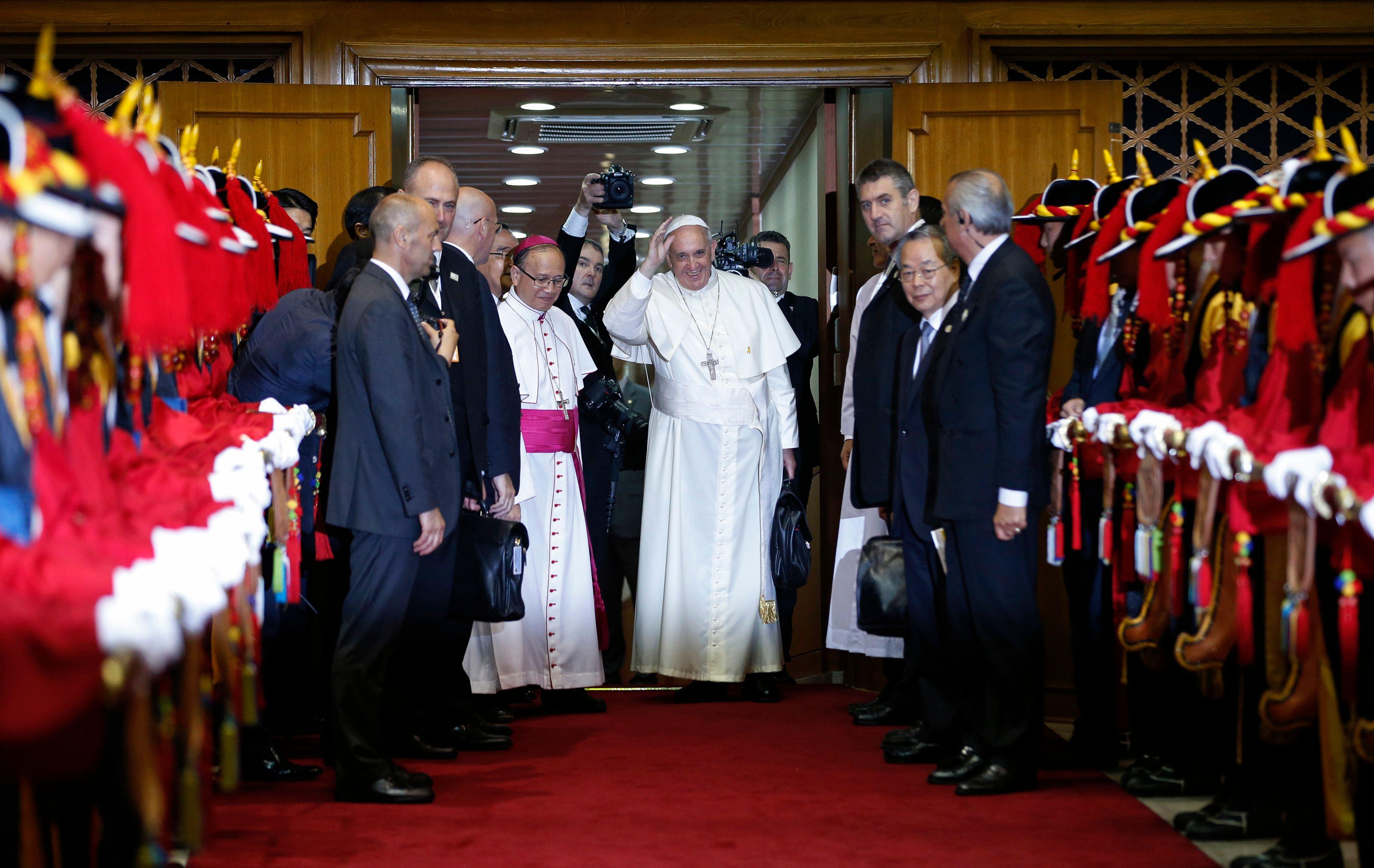 Le pape François avant d'entrer dans son avion à Séoul