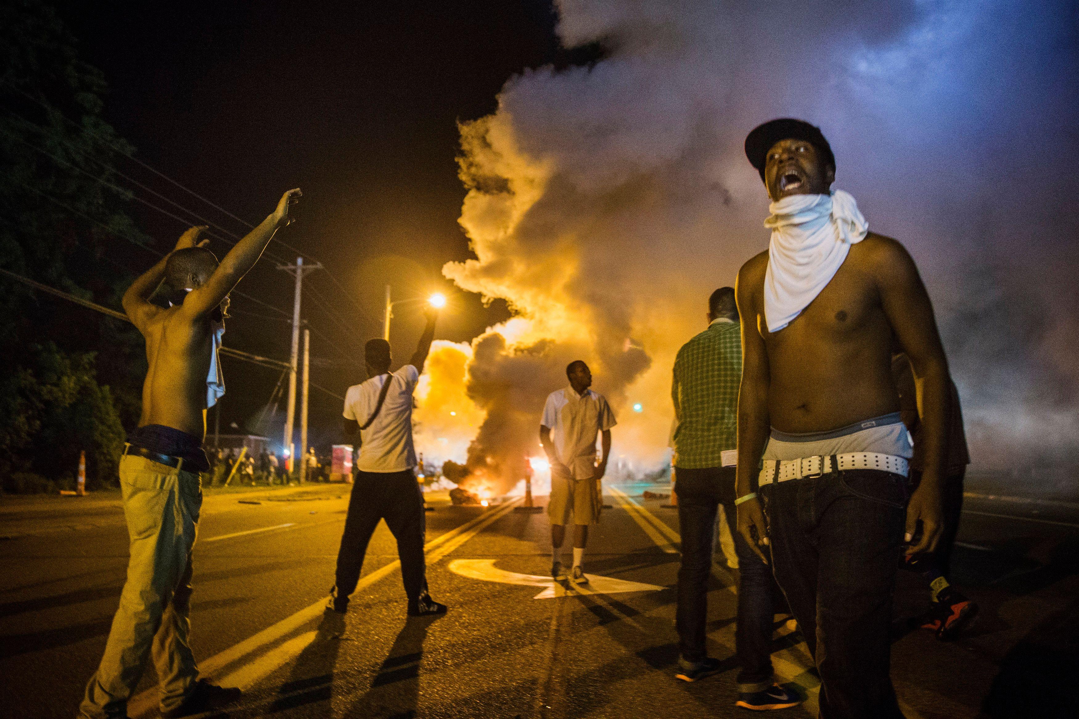 Manifestation en hommage à Michael Brown à Ferguson : des affrontements violents font un blessé