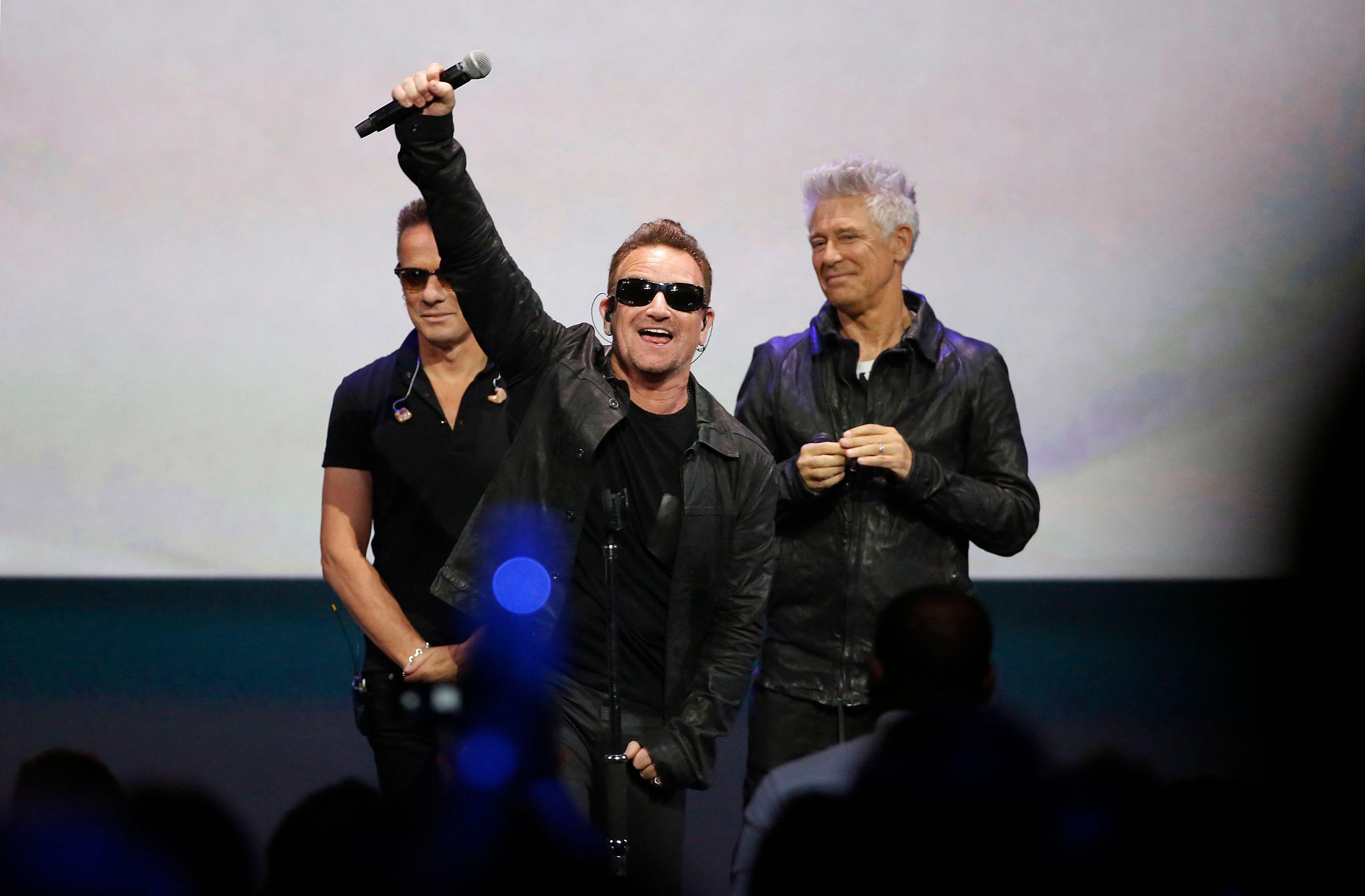 Bono, le chanteur de groupe irlandais U2.