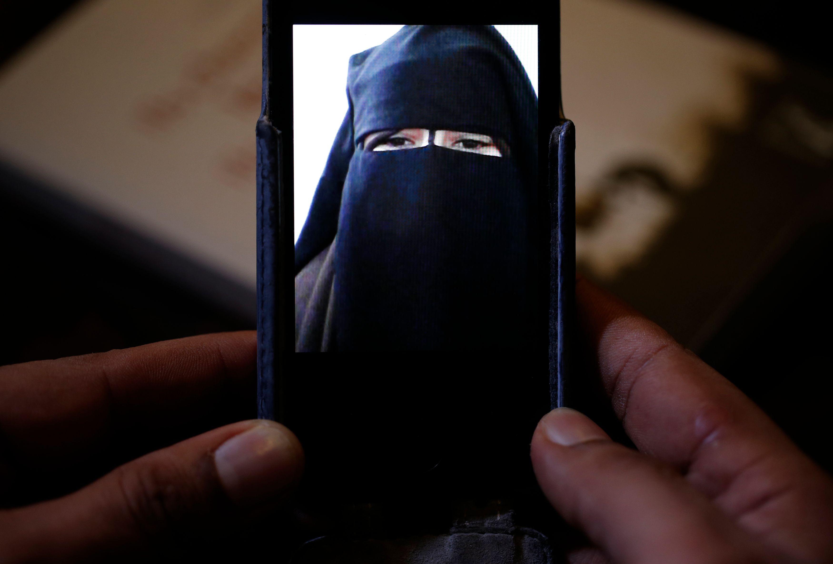 Une femme a déclenché la charge explosive qu'elle portait sur elle à Saint-Denis. Une première.