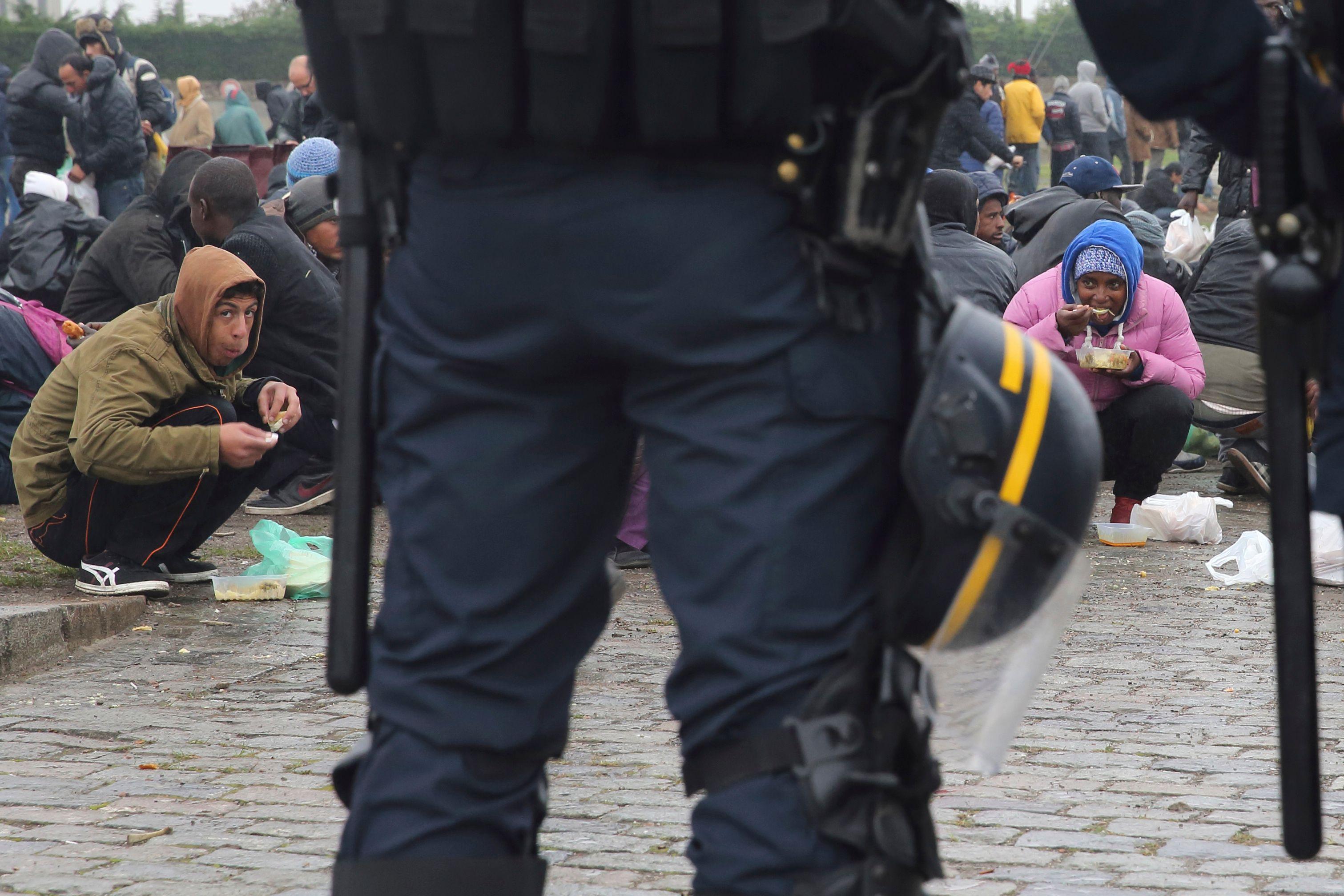 """Calais : Valls annonce la construction d'ici """"début 2016"""" d'un nouveau campement humanitaire de tentes"""