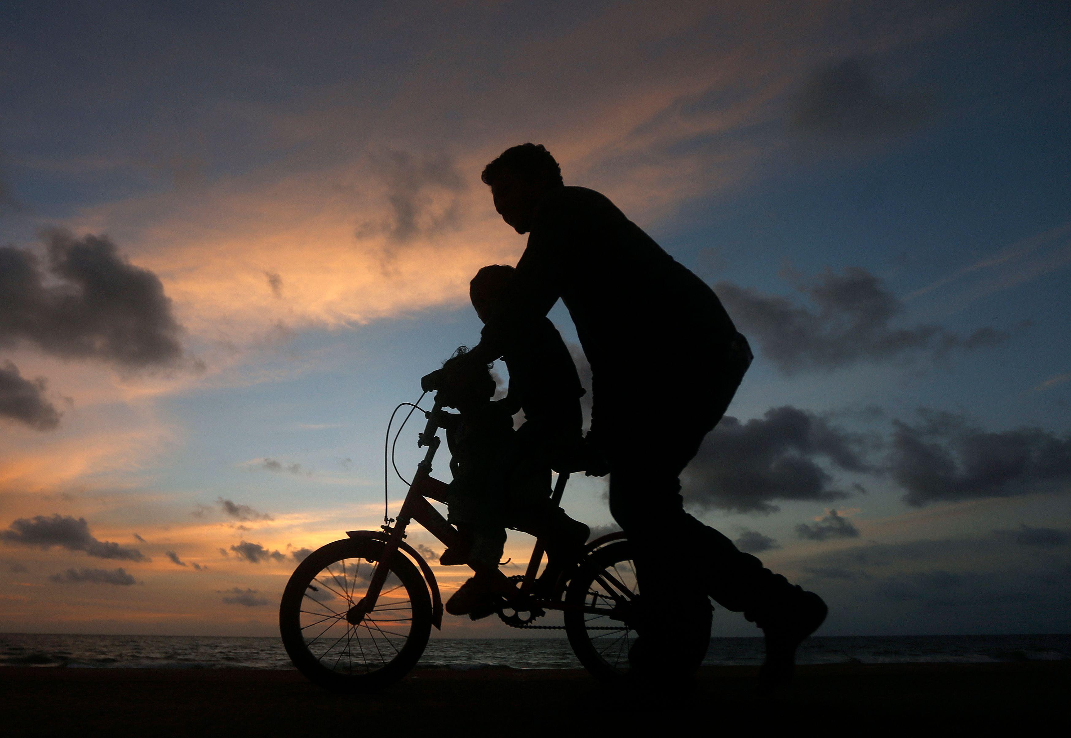 Plus un homme devient père tard, plus son enfant voit son patrimoine génétique modifié.