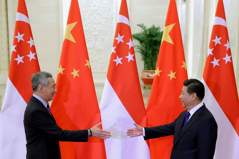 Le Premier ministre de Singapour Lee Hsien Loong (G) rencontre le Président chinois Xi Jinping.