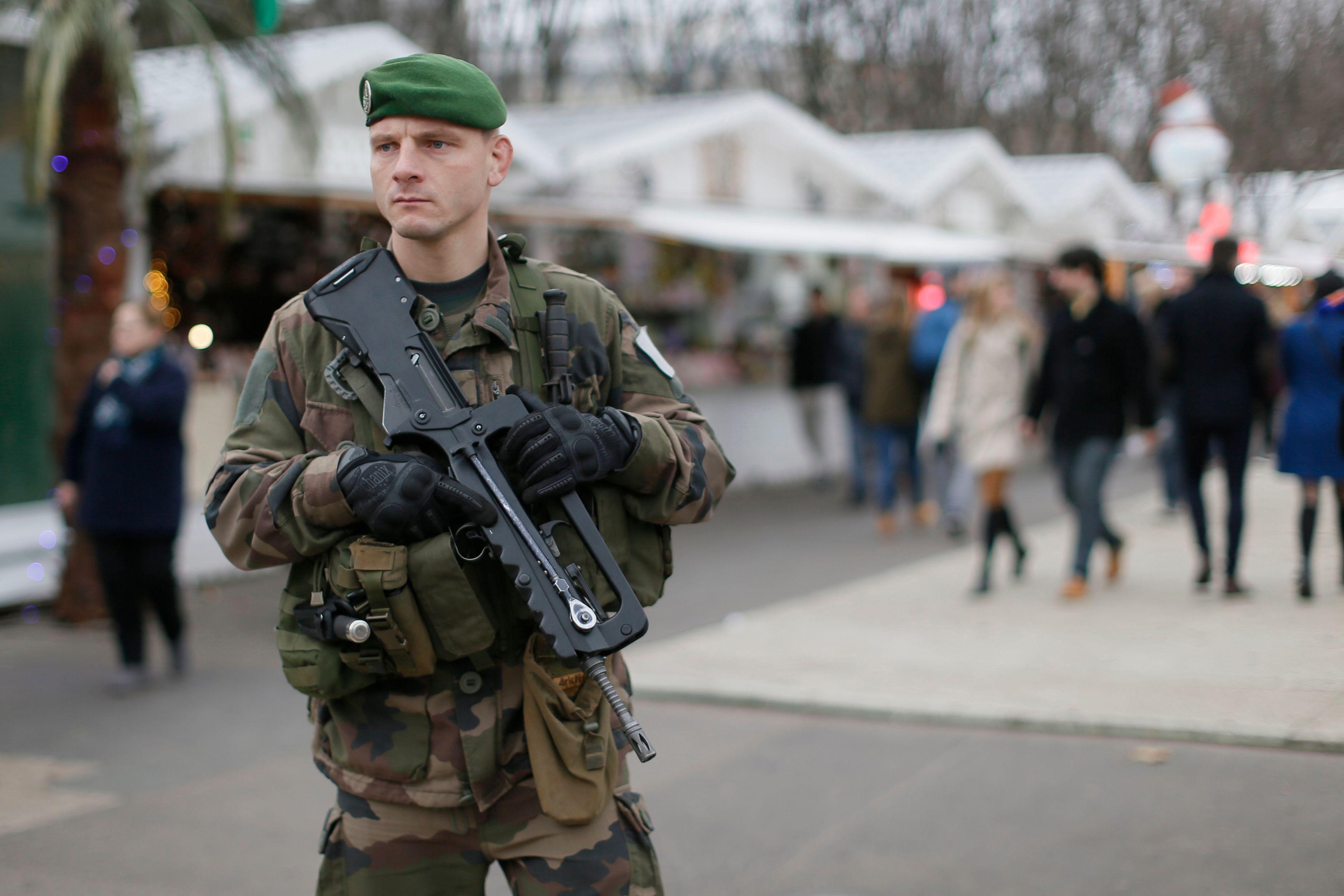 Un militaire français patrouillant devant la tour Eiffel.