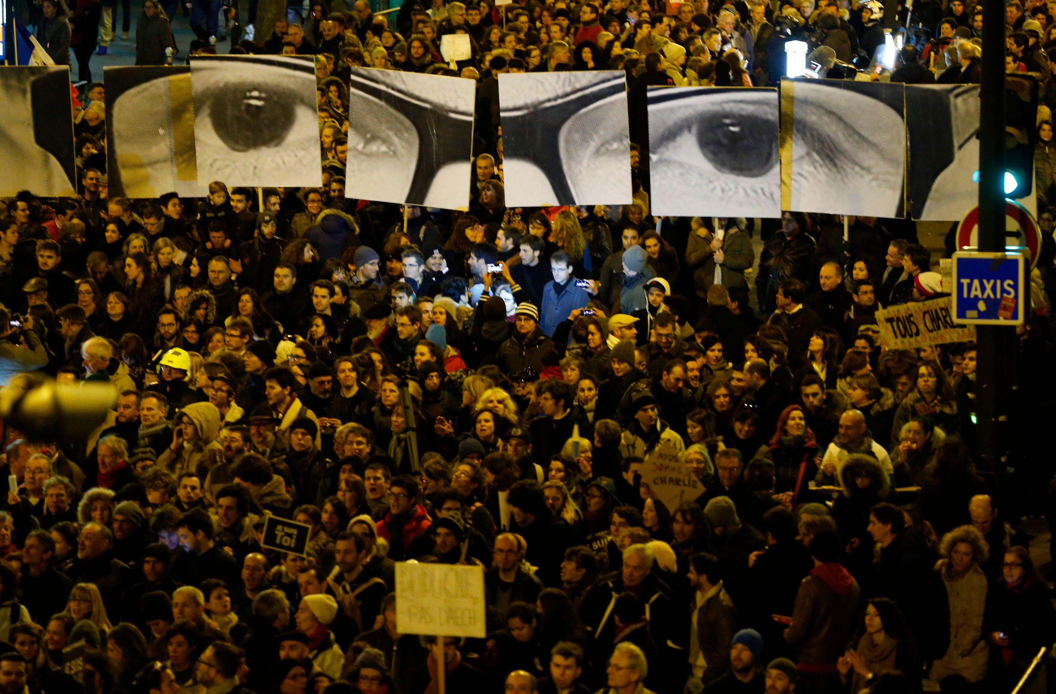 La France est submergée par une vague de rassemblements républicains inédite depuis la Libération.