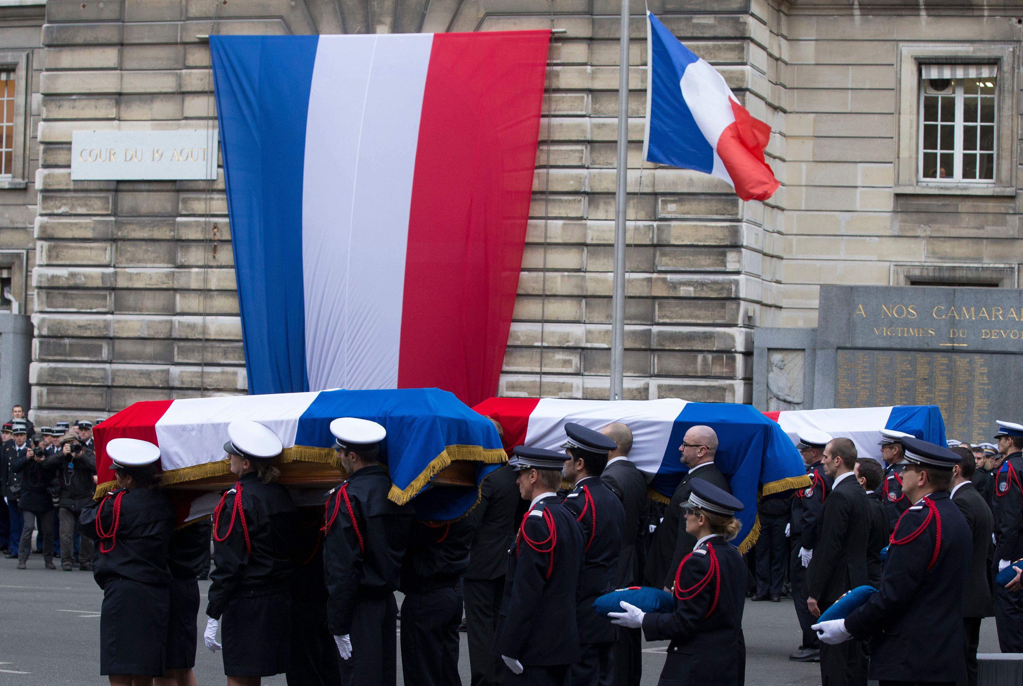 Les policiers français rendent hommage aux trois officiers tués lors des attaques de la semaine dernière.