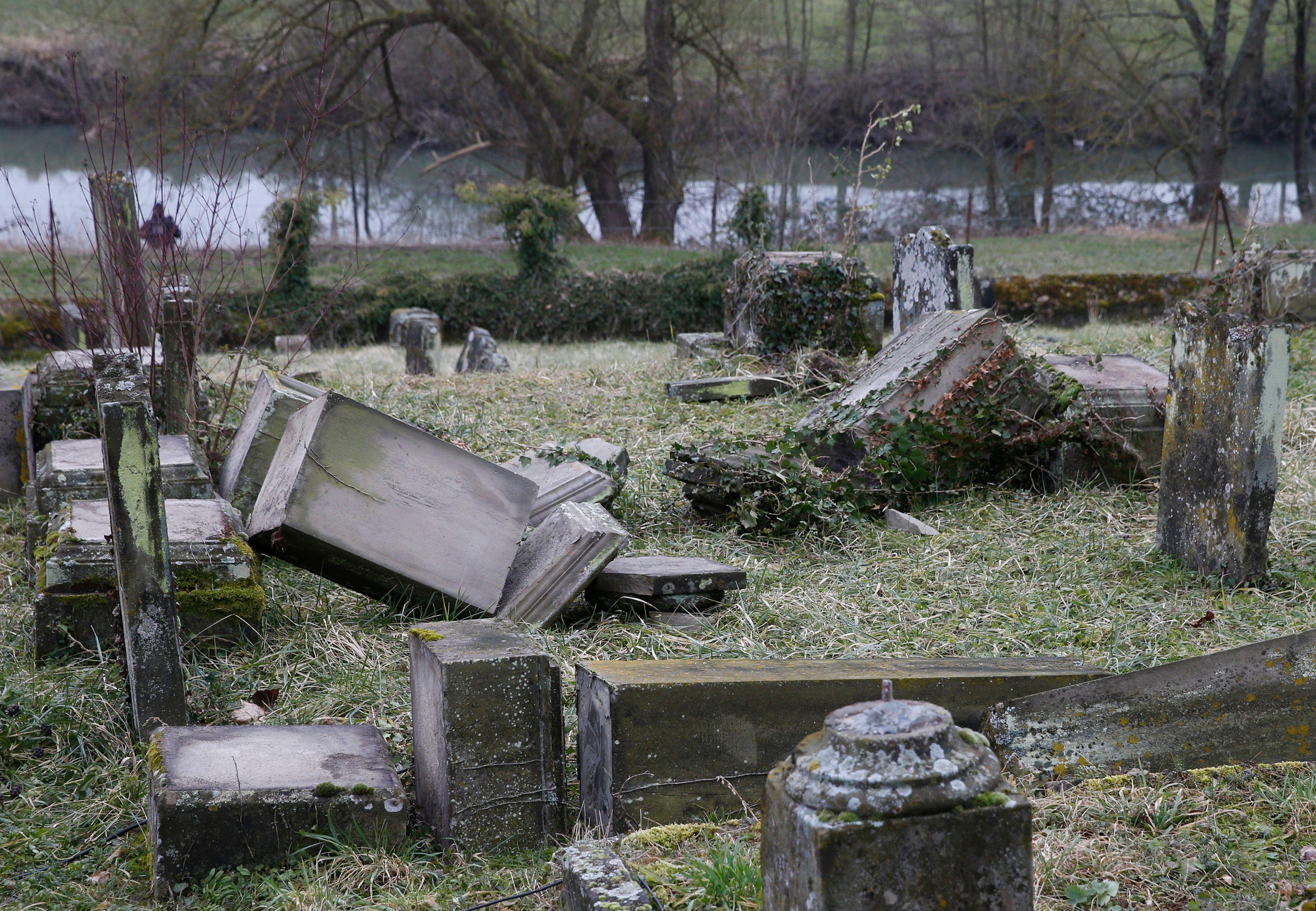 Cimetières profanés: environ deux lieux de culte vandalisés par jour