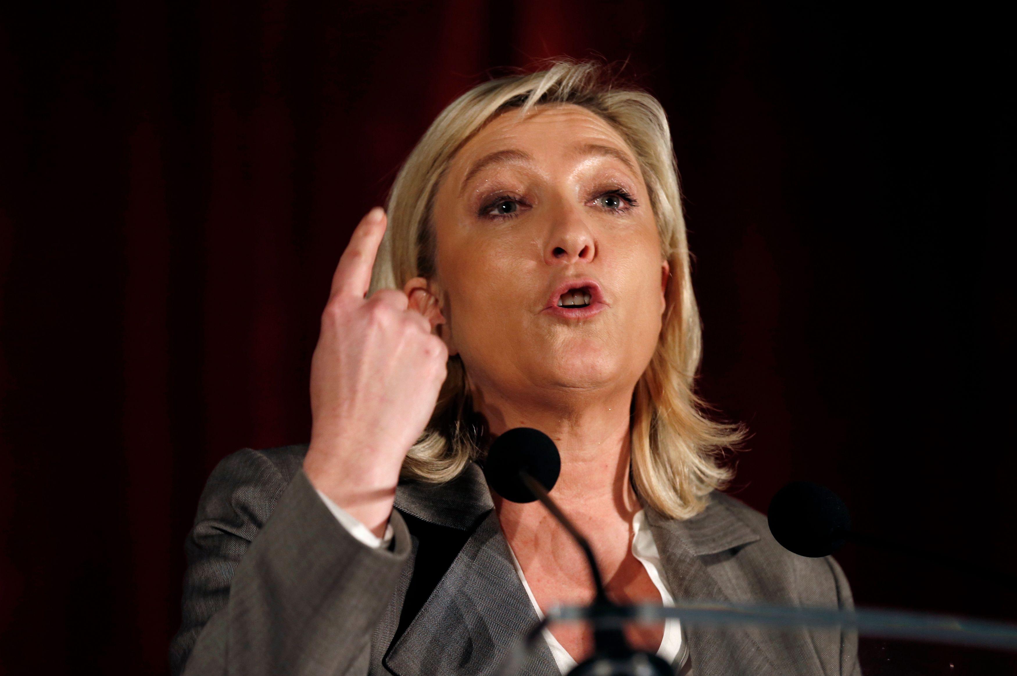 """Marine Le Pen veut sauver Calais, """"ville martyre"""" et faire """"plier l'Etat"""""""