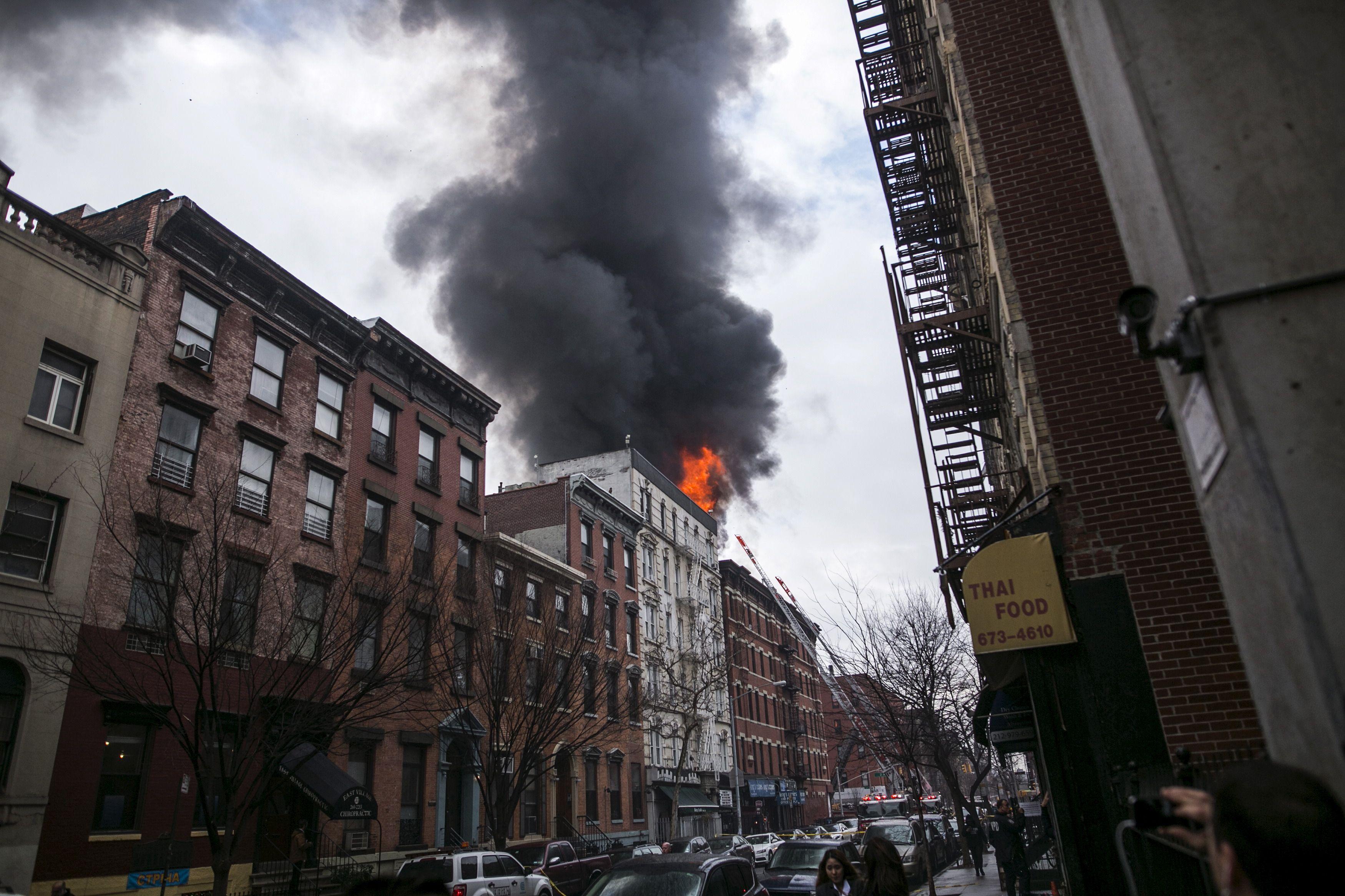 New York : les images impressionnantes d'un incendie en plein Manhattan