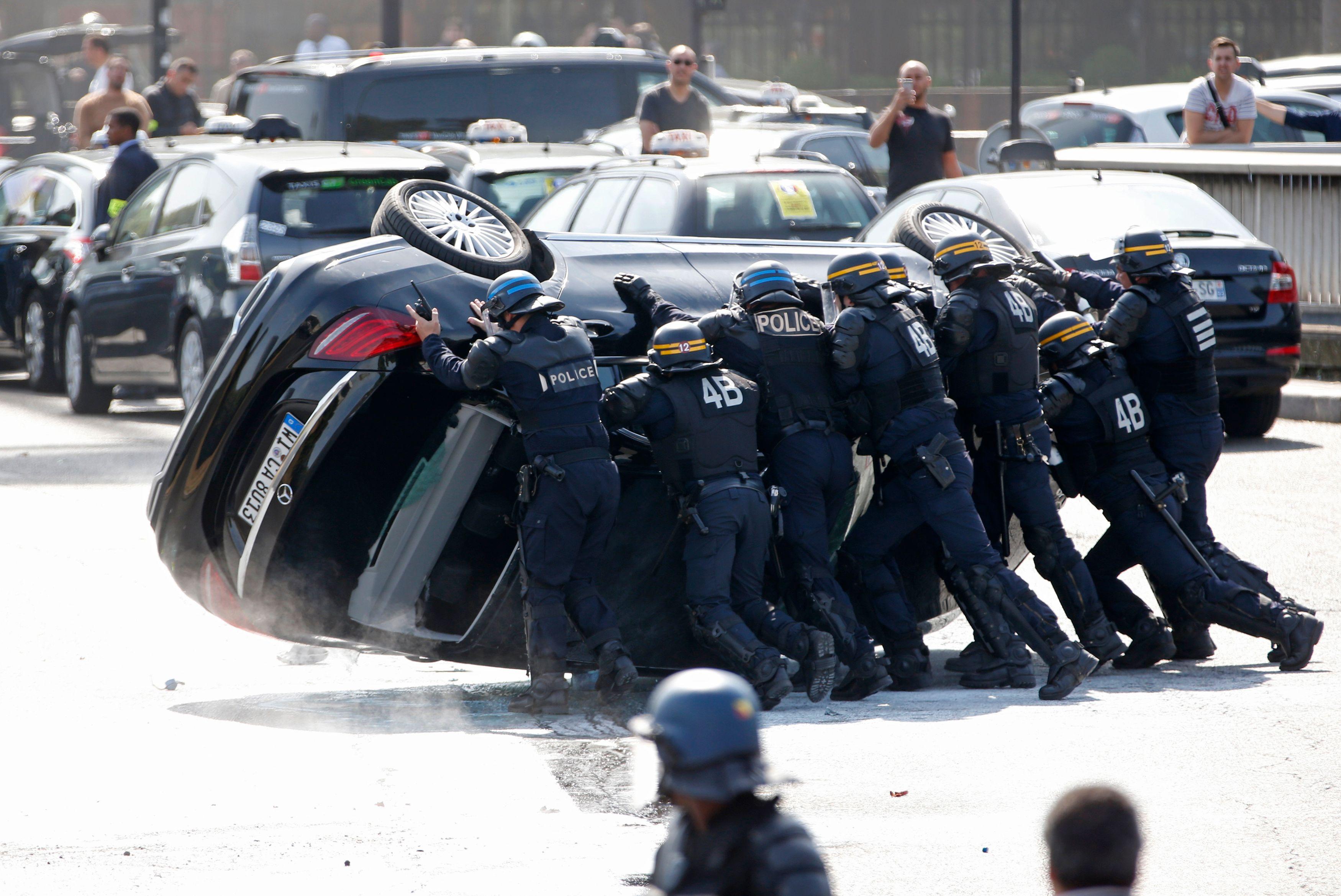 Les milieux policiers et militaires font face à des conditions de travail de plus en plus difficiles.