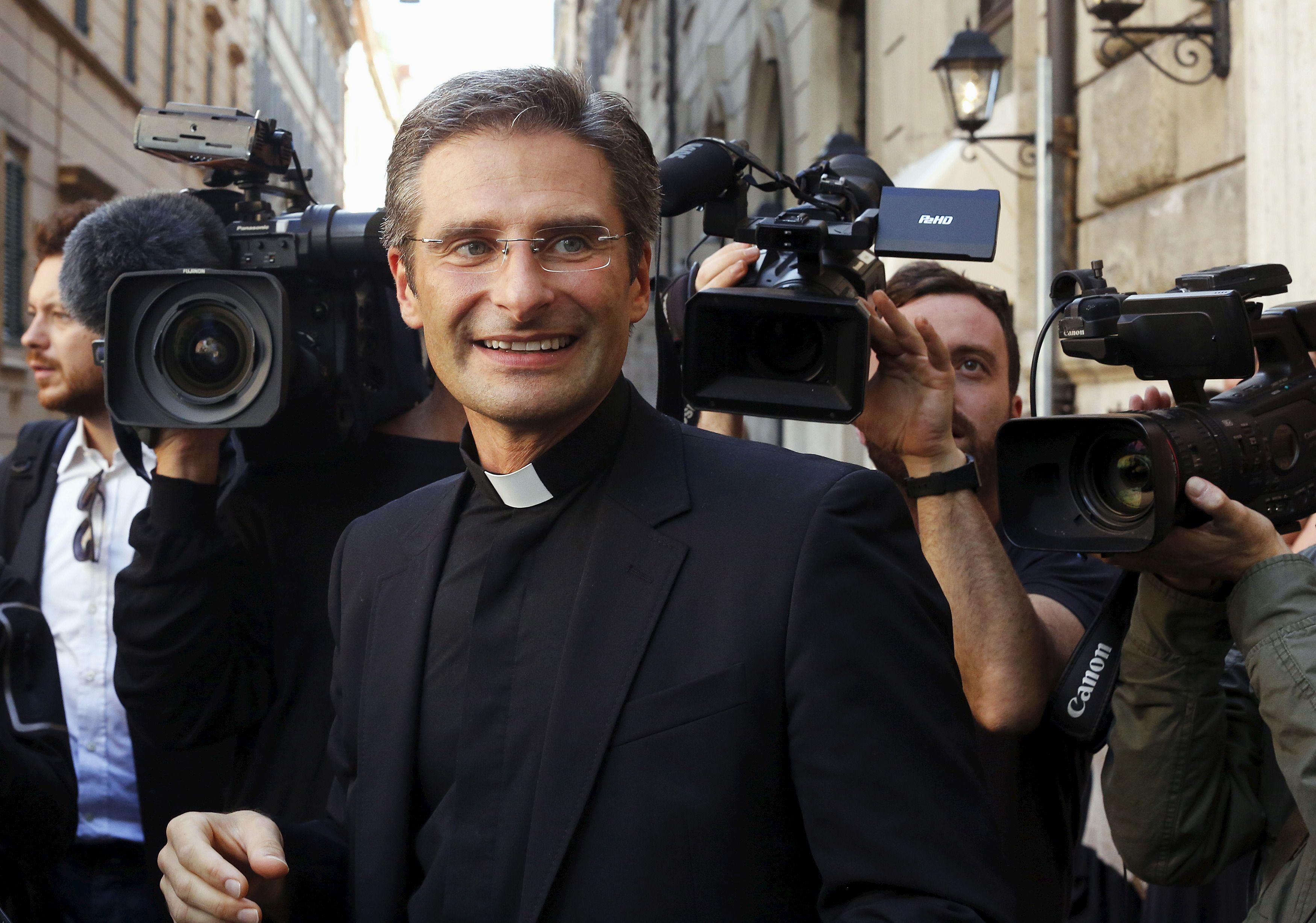 """Un prêtre polonais fait son coming-out pour que """"l'Eglise ouvre les yeux face aux gays croyants"""""""