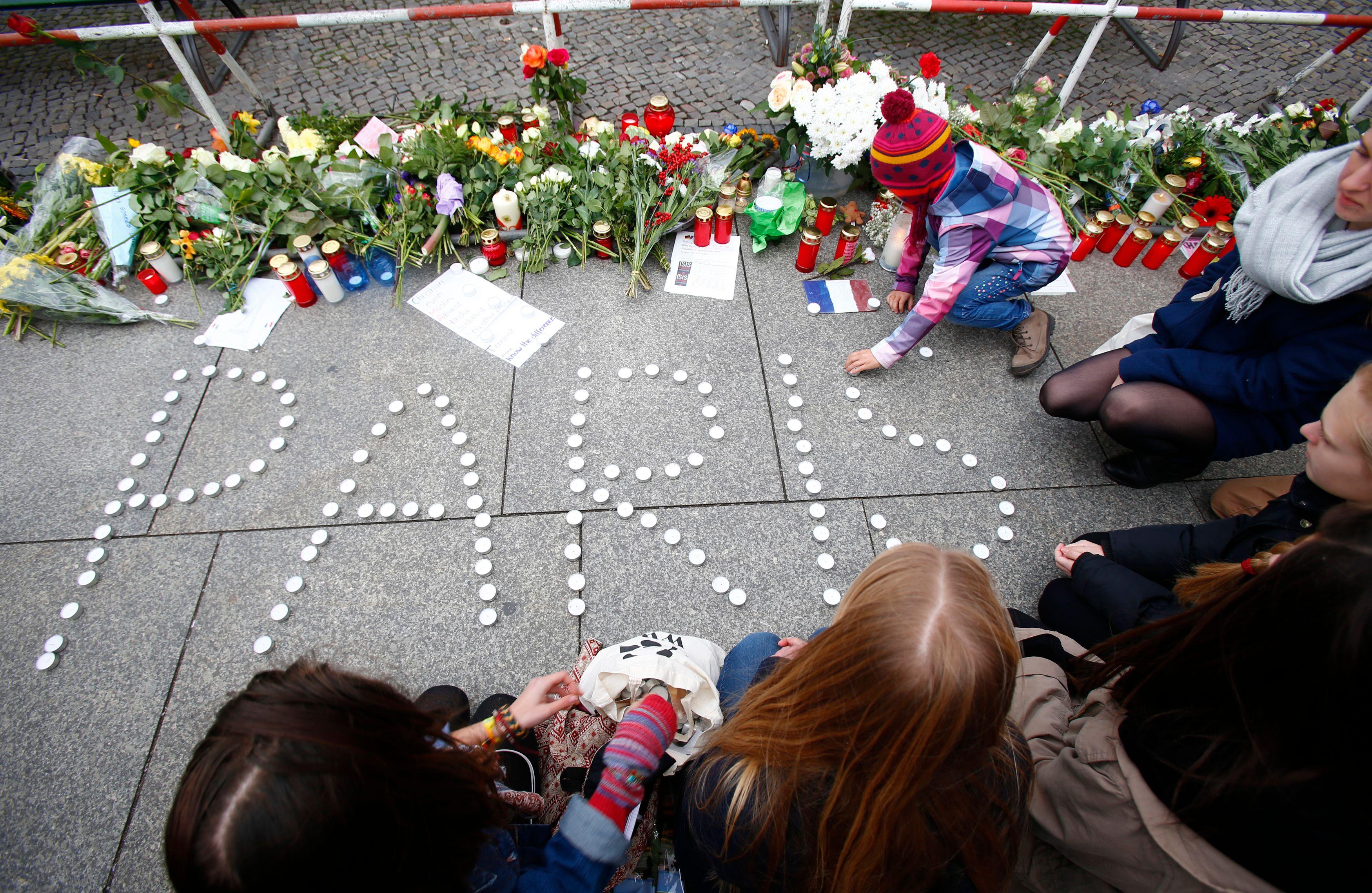 Attentats de Paris : 129 morts, trois équipes de terroristes à l'origine de cette barbarie, des arrestations en Belgique