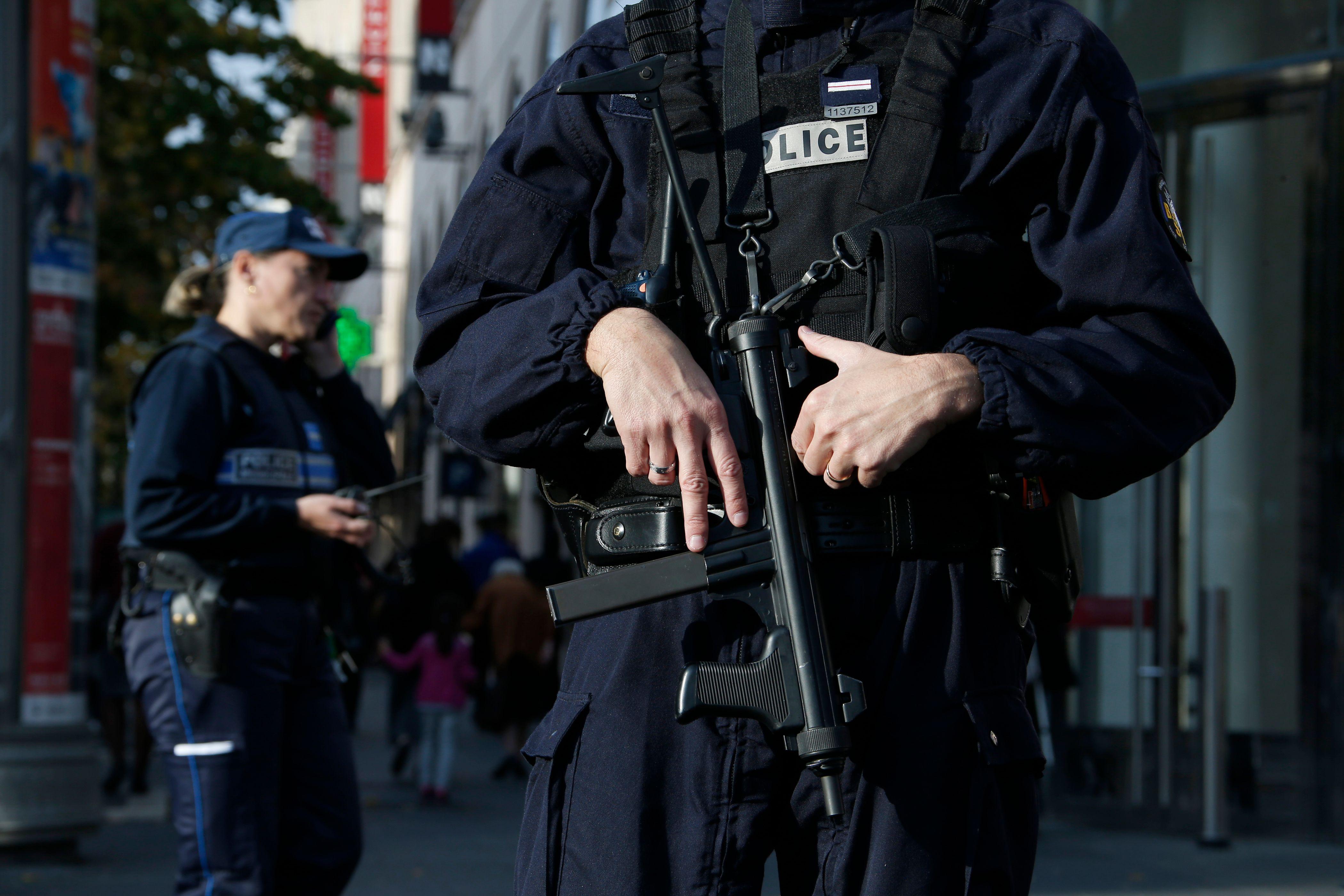 Attentats de Paris : 1 233 perquisitions, 165 interpellations et 230 armes saisies depuis l'entrée en vigueur de l'état d'urgence