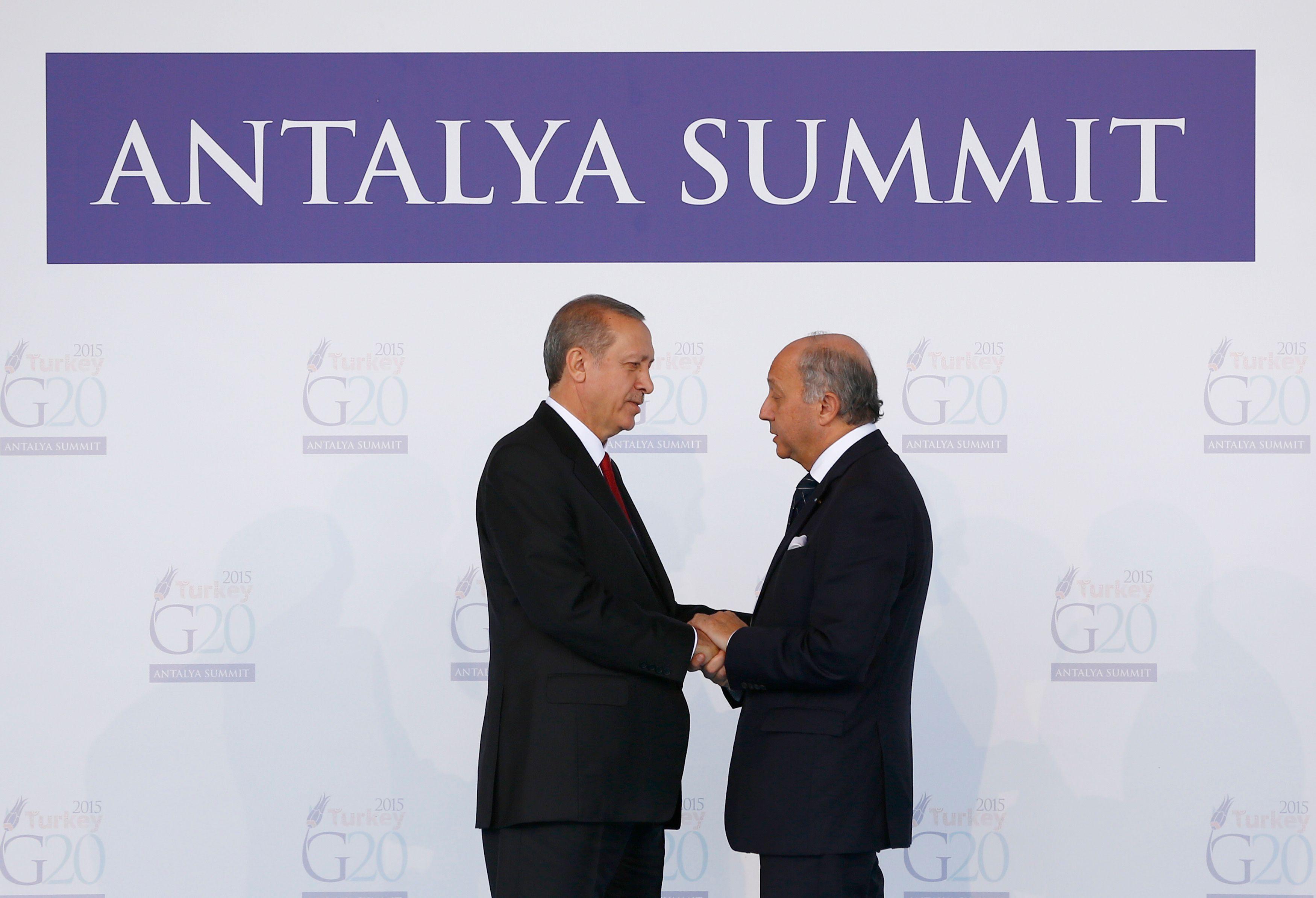 Le président turc Recep Tayyip Erdogan reçoit Laurent Fabius en ouverture du sommet.