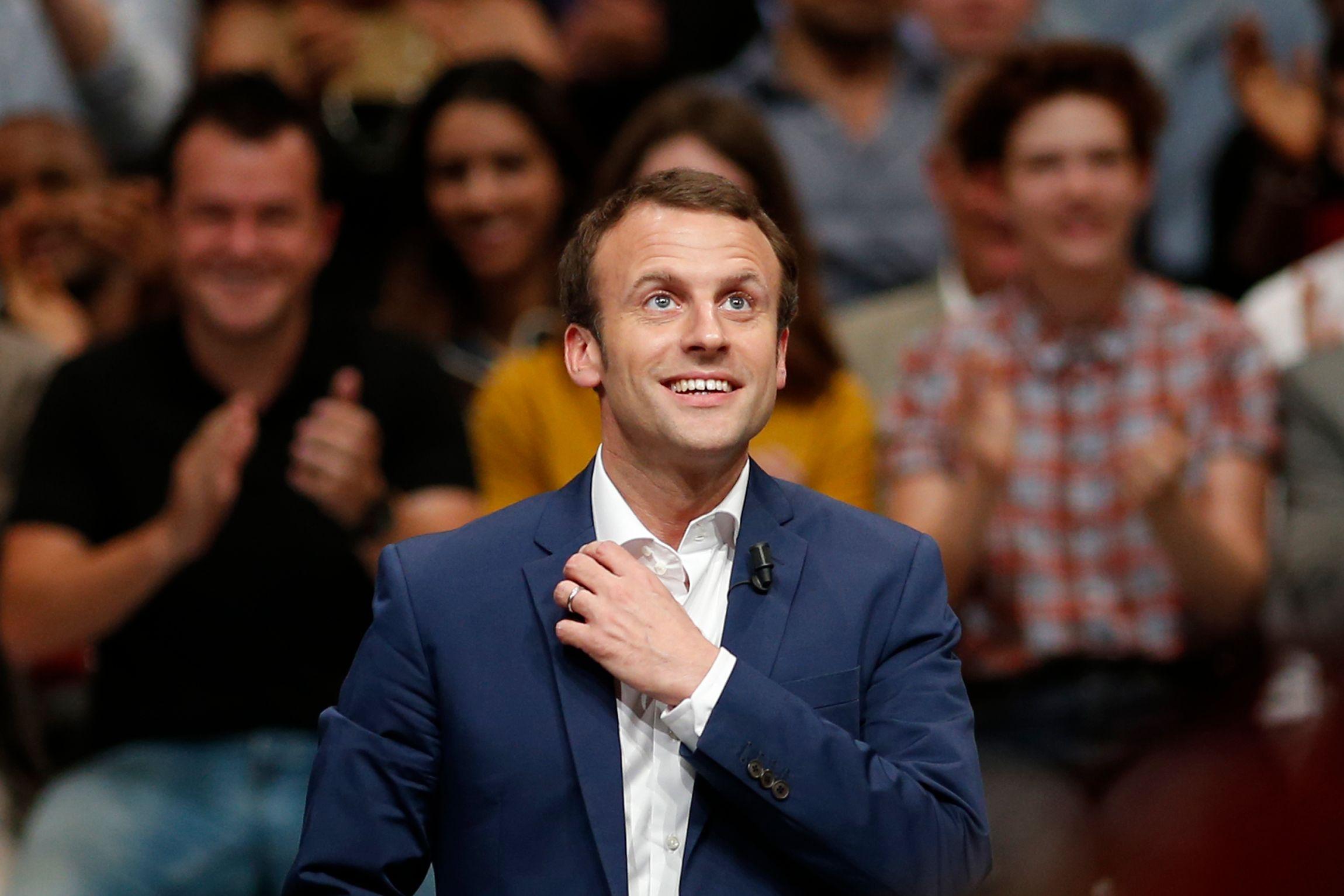 Emmanuel Macron pense qu'il faut plus flexibiliser le marché du travail, réduire le nombre de fonctionnaires et affaiblir le modèle social pour accorder l'économie française à la mondialisation.