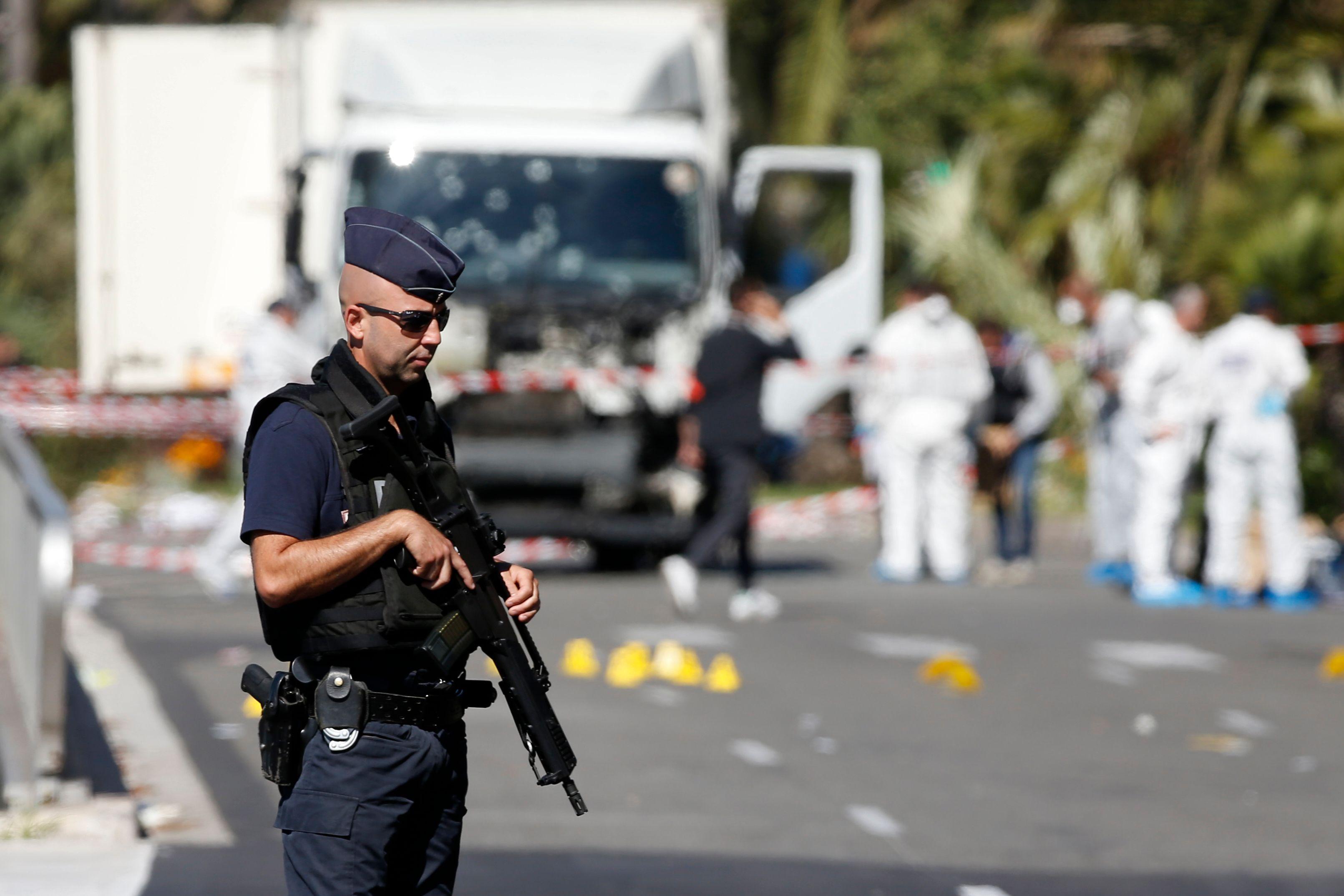 La police française sécurise la zone, le 15 juillet, après l'attentat qui a frappé Nice.