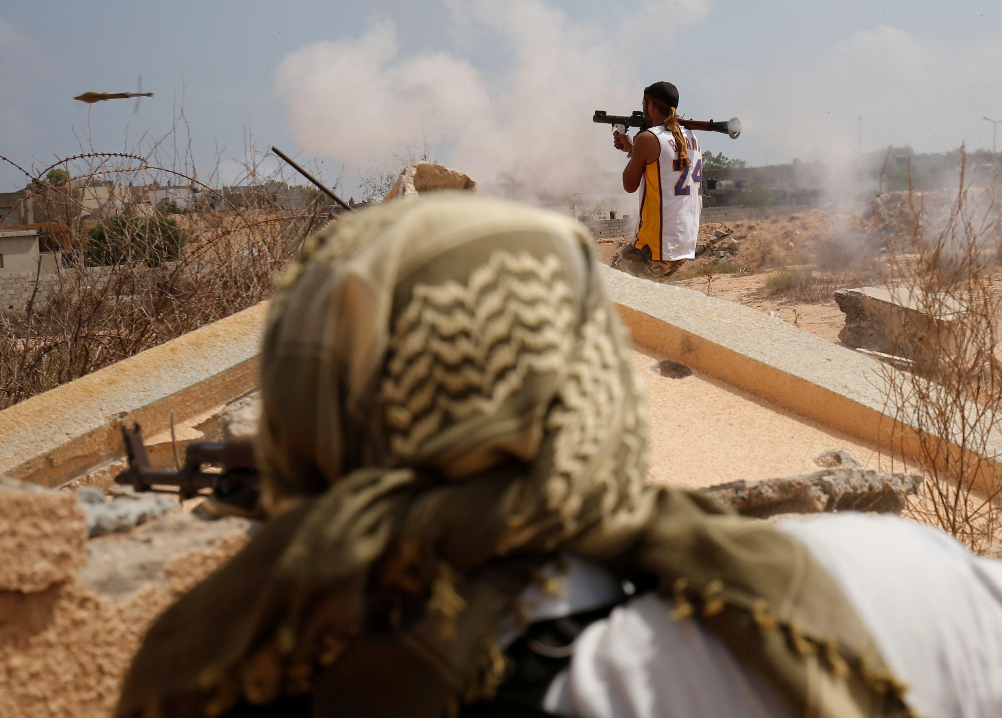 Des soldats libyens alliés aux forces de l'ONU durant une bataille avec l'Etat islamique en Libye, le 15 juillet 2016.