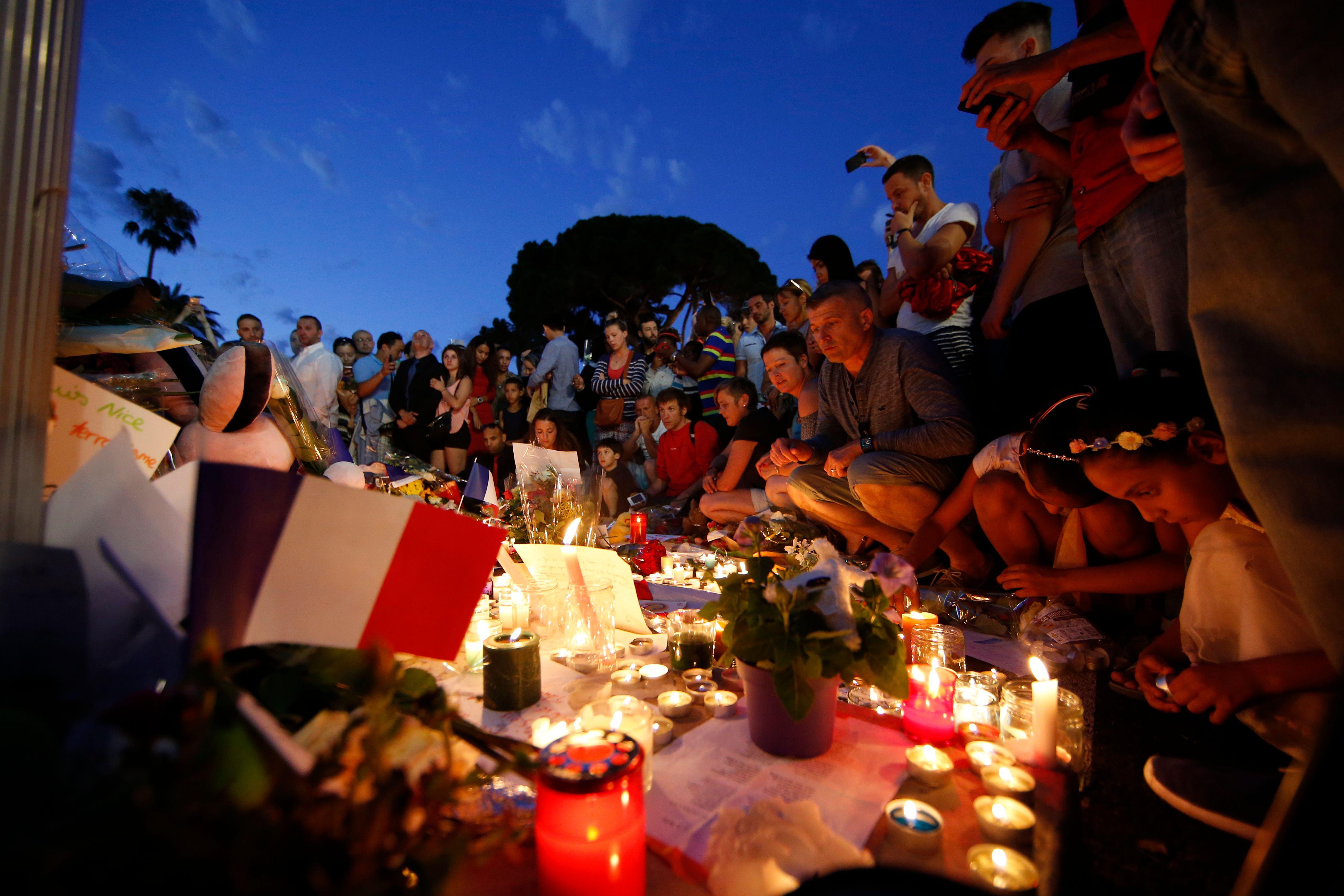 Les forces de l'ordre et la police scientifique à côté d'un semi-remorque qui a foncé dans la foule, après le feu d'artifice du 14 juillet 2016 sur la Promenade des Anglais à Nice, tuant au moins 80 personnes.