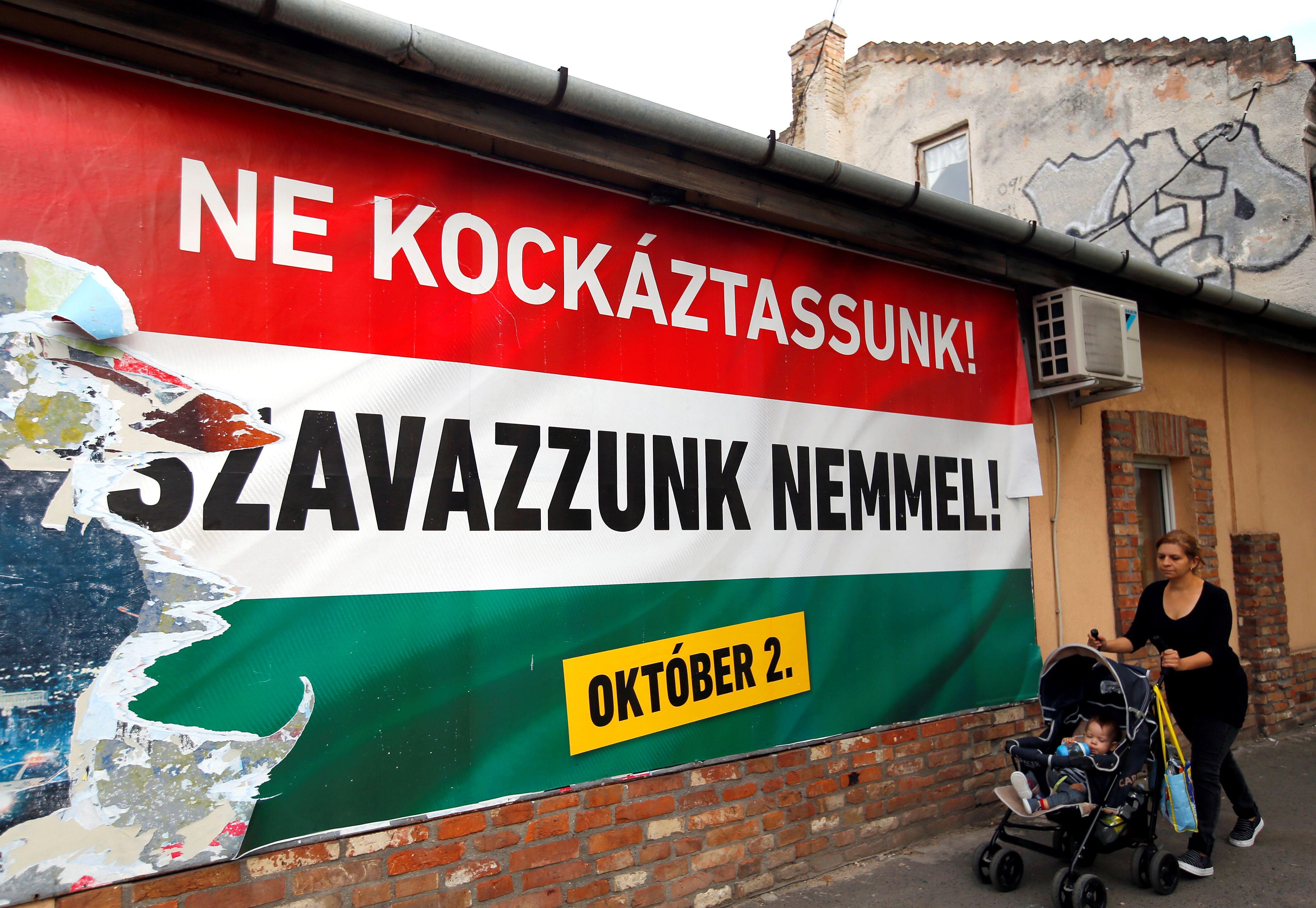 Une affiche appelant à voter contre la répartition des migrants lors du référendum du 2 octobre.