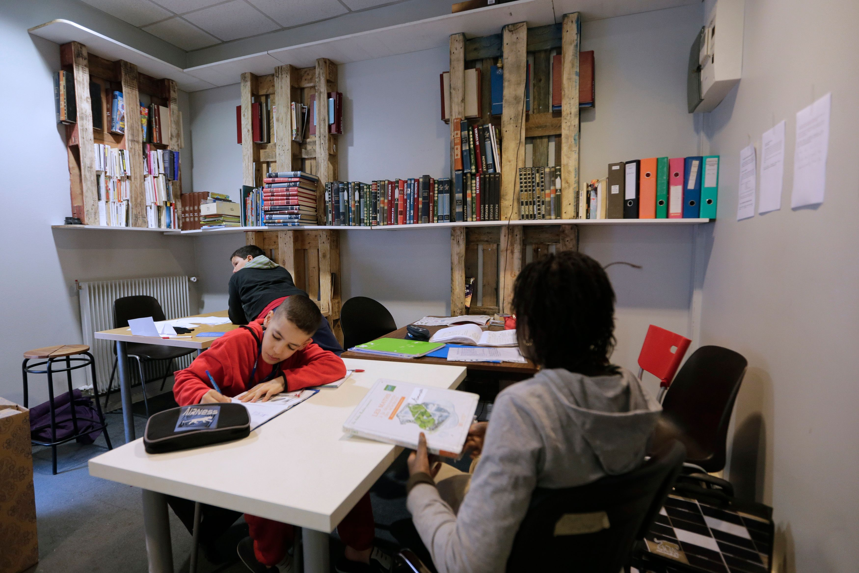 Officiellement, les devoirs écrits sont interdits en France depuis 1956.