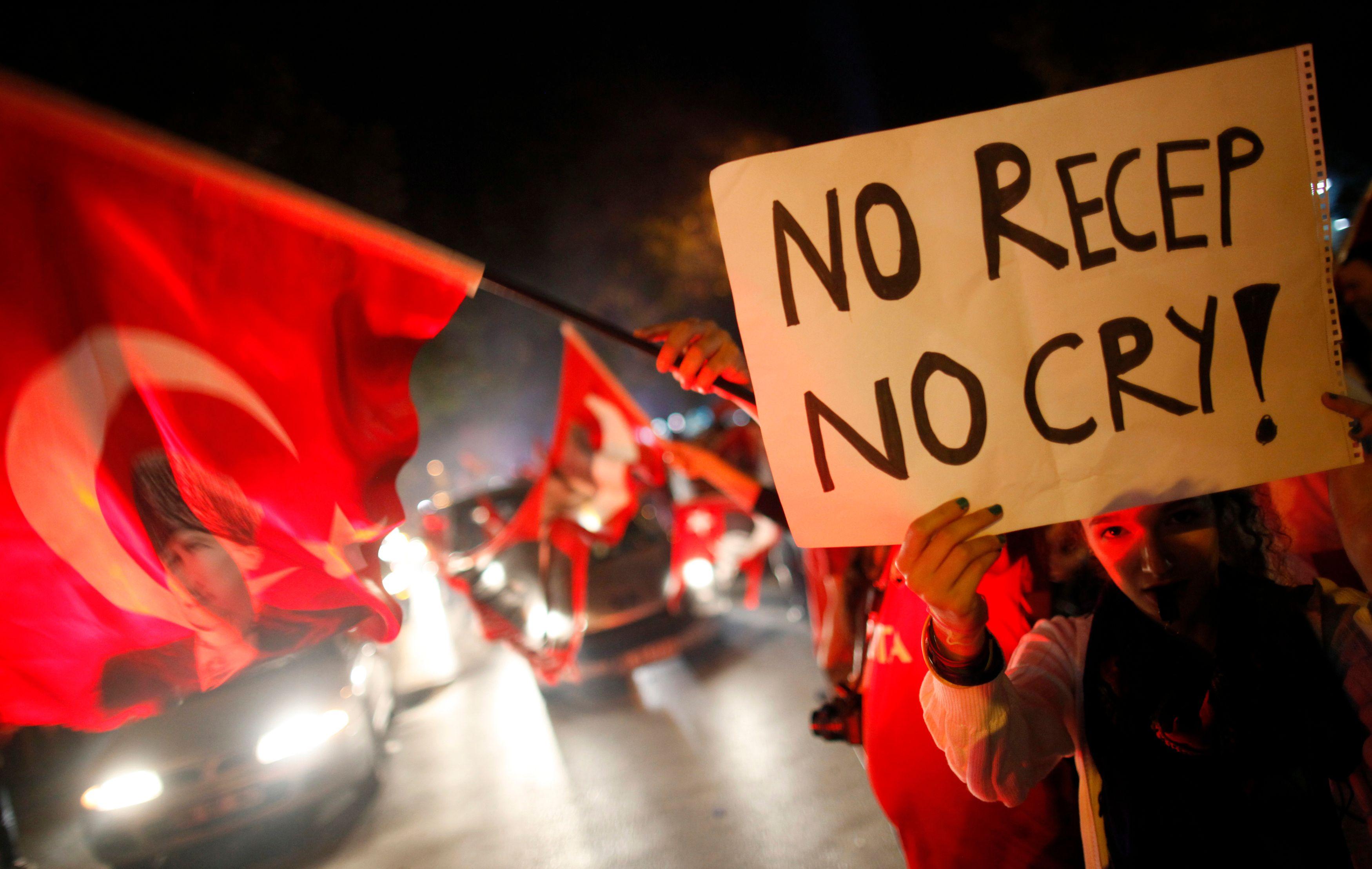 """Erdogan a assuré que son gouvernement ne ferait preuve """"d'aucune tolérance"""" envers les manifestants."""