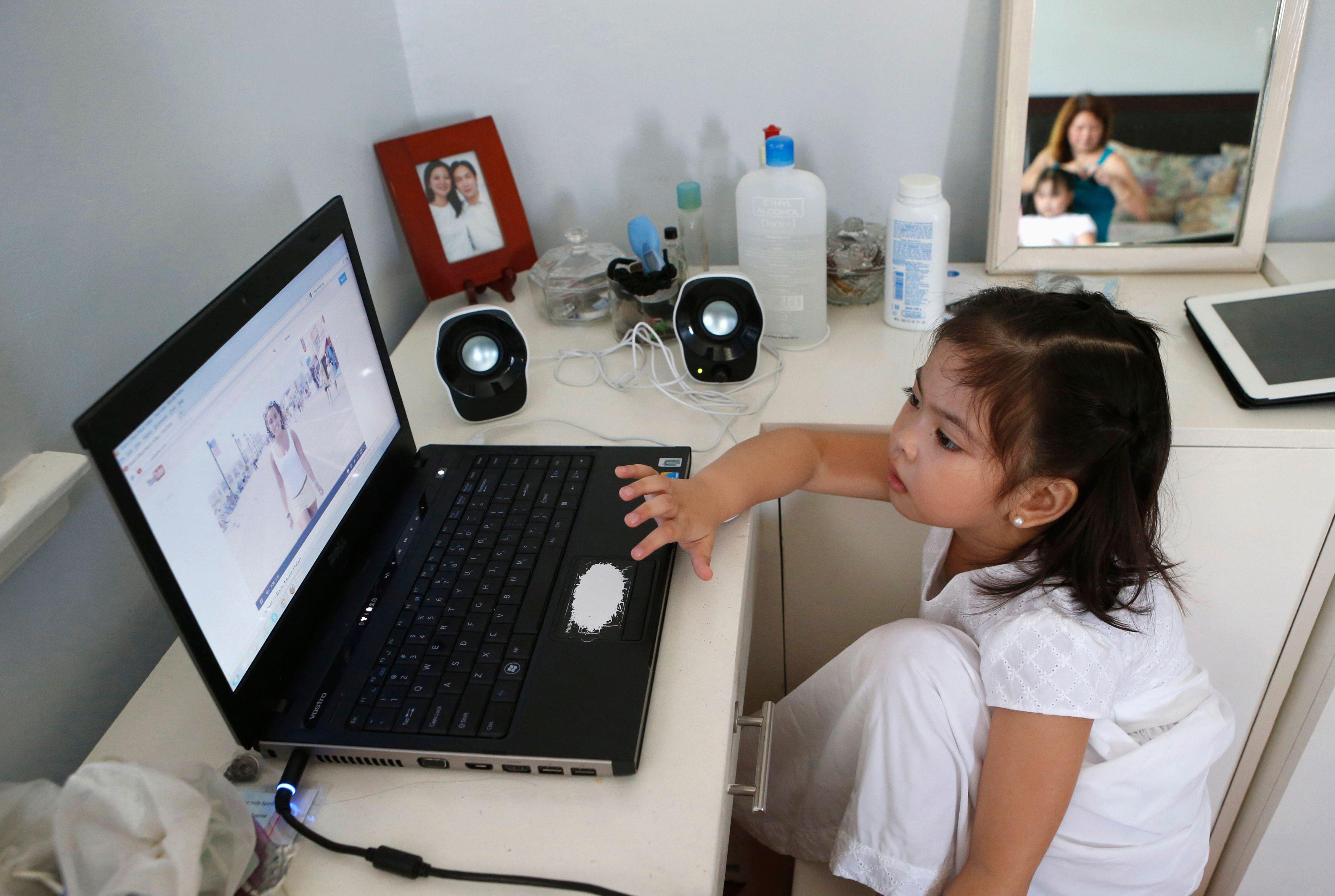 Les enfants sont souvent seuls devant l'ordinateur.