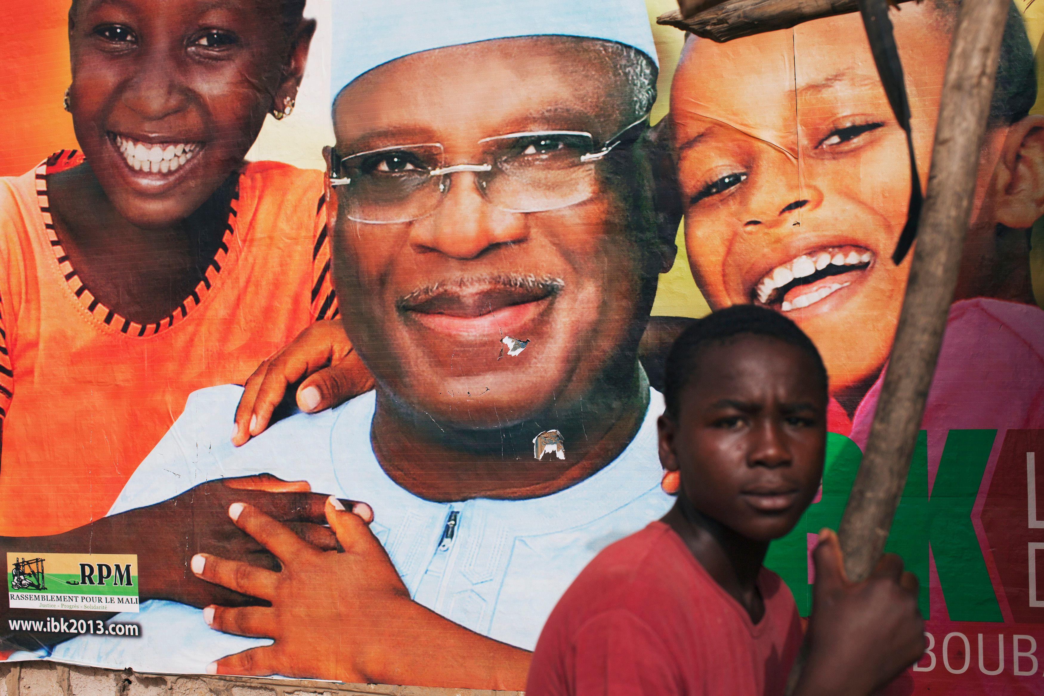 Un jeune Malien devant une affiche de campagne d'Ibrahim Boubacar Keita, ancien Premier ministre de 1994 à 2000.