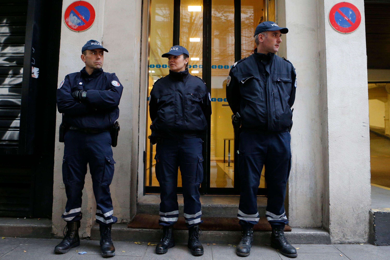 Des policiers devant le siège de Libération.