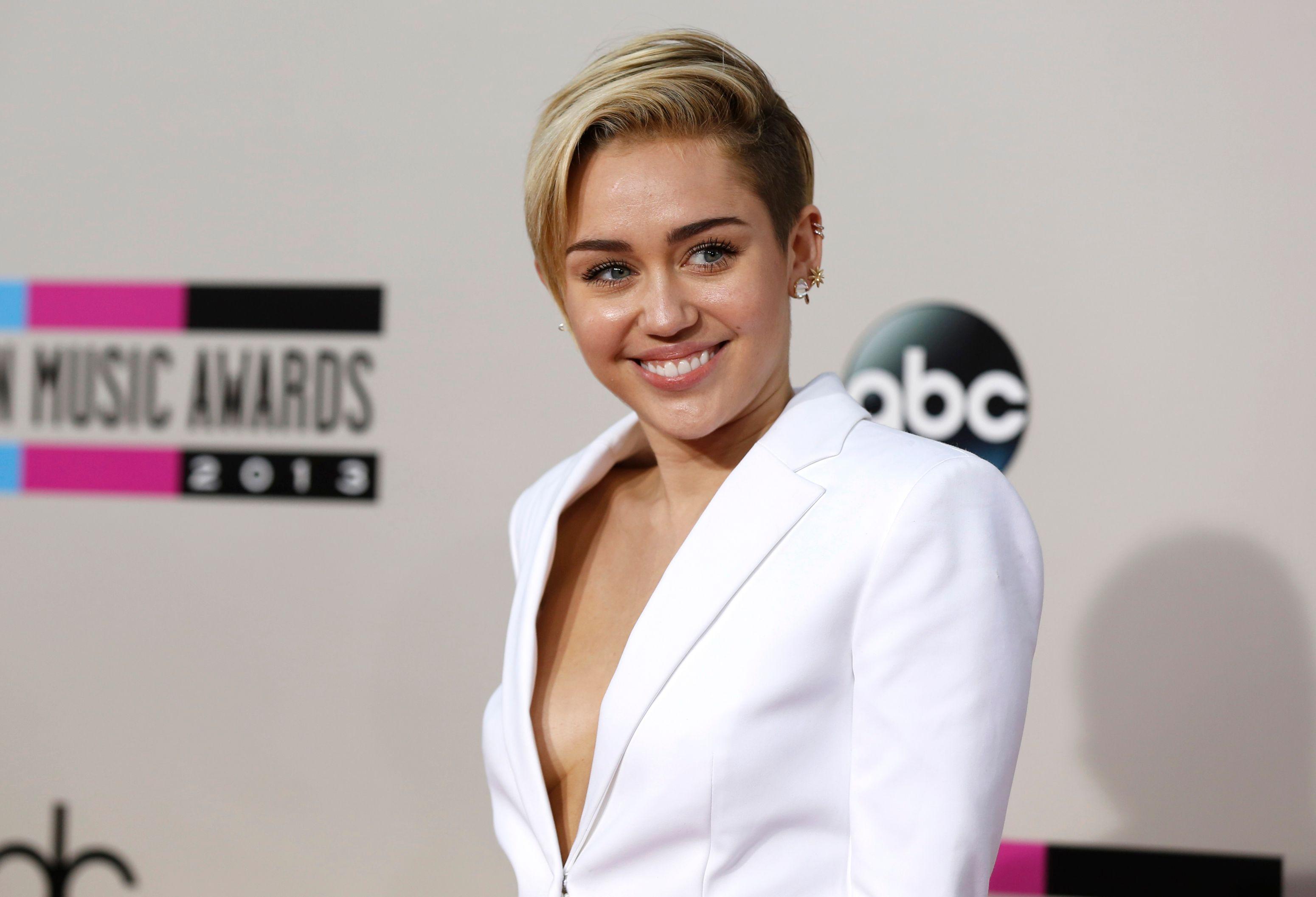 Miley Cyrus s'est tatouée son chien mort sur les côtes