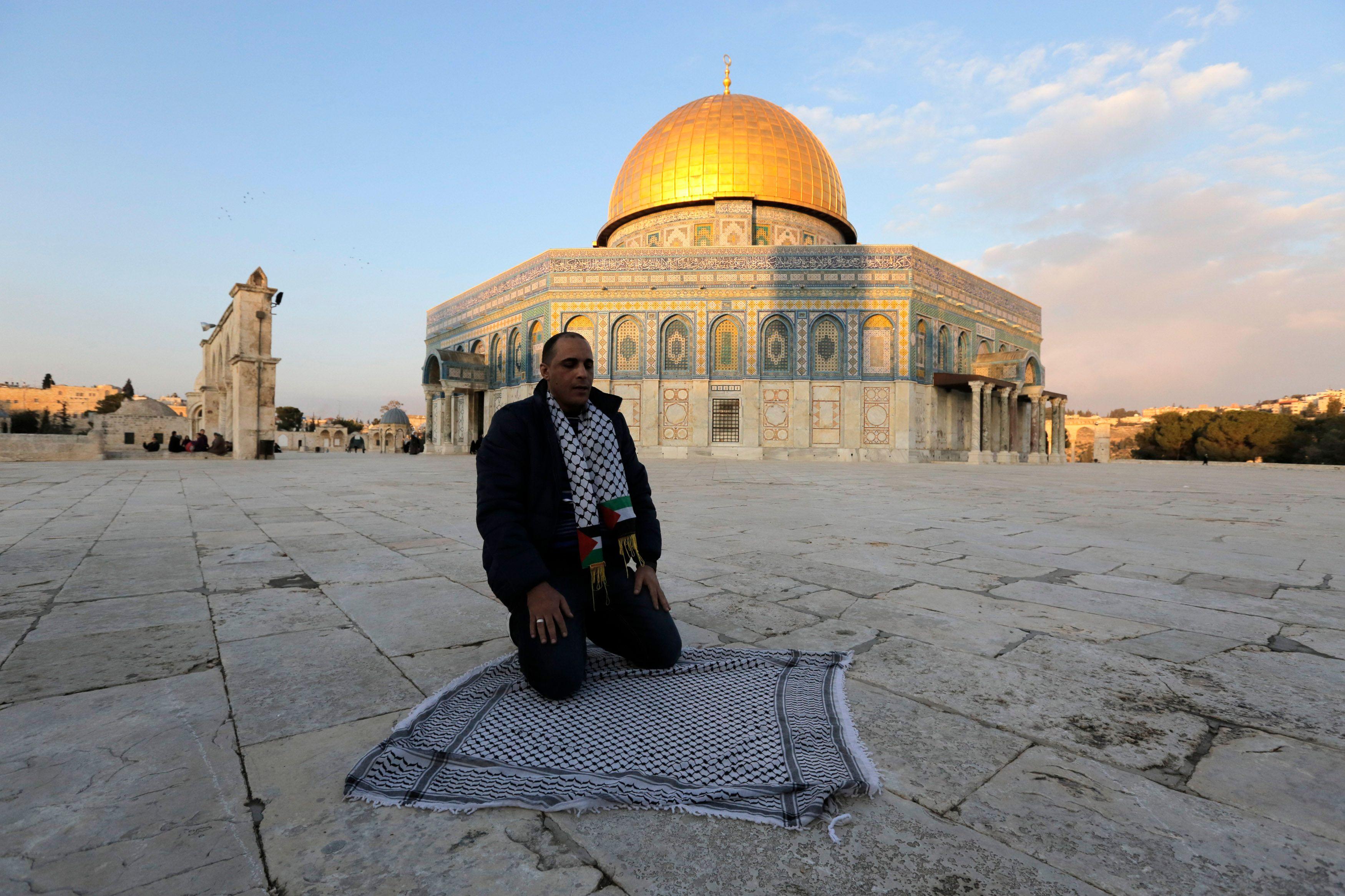 """Vendredi, à l'occasion de l'inauguration de la Constitution tunisienne, François Hollande a salué un """"texte majeur"""" qui prouve que """"l'islam est compatible avec la démocratie"""""""