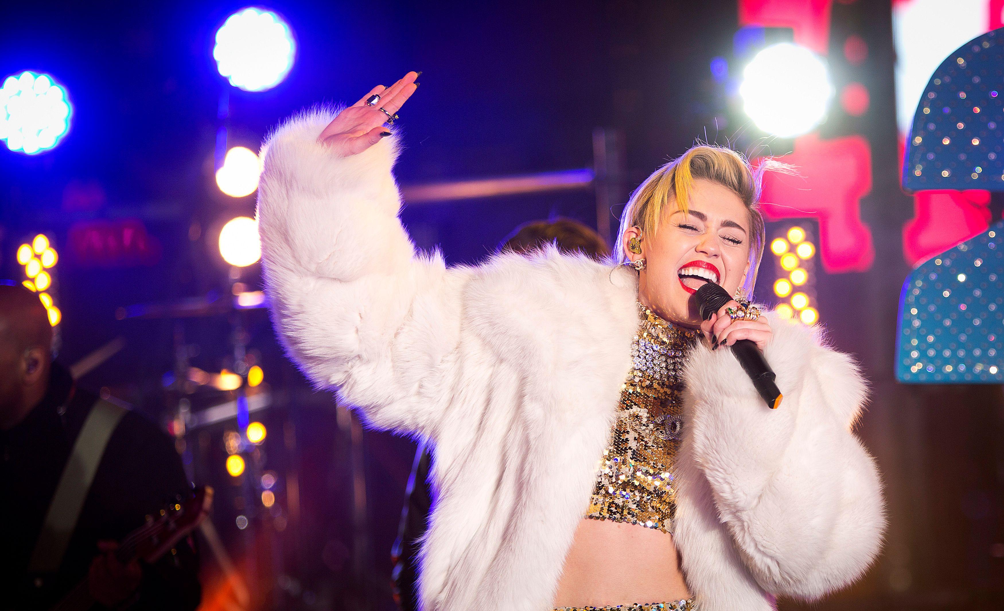 Miley Cyrus nue dans le magazine V
