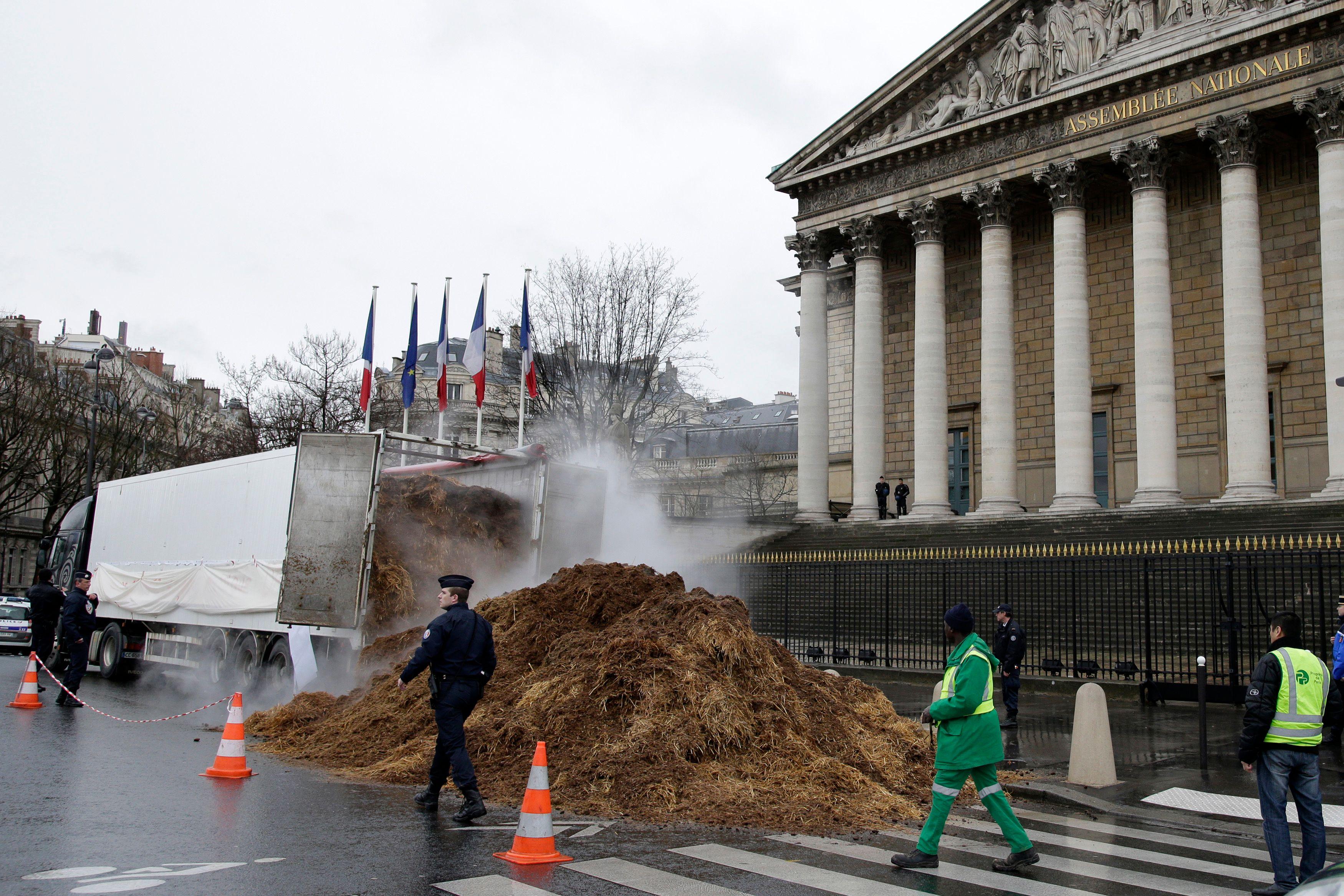 Du fumier a été déversé devant l'Assemblée nationale