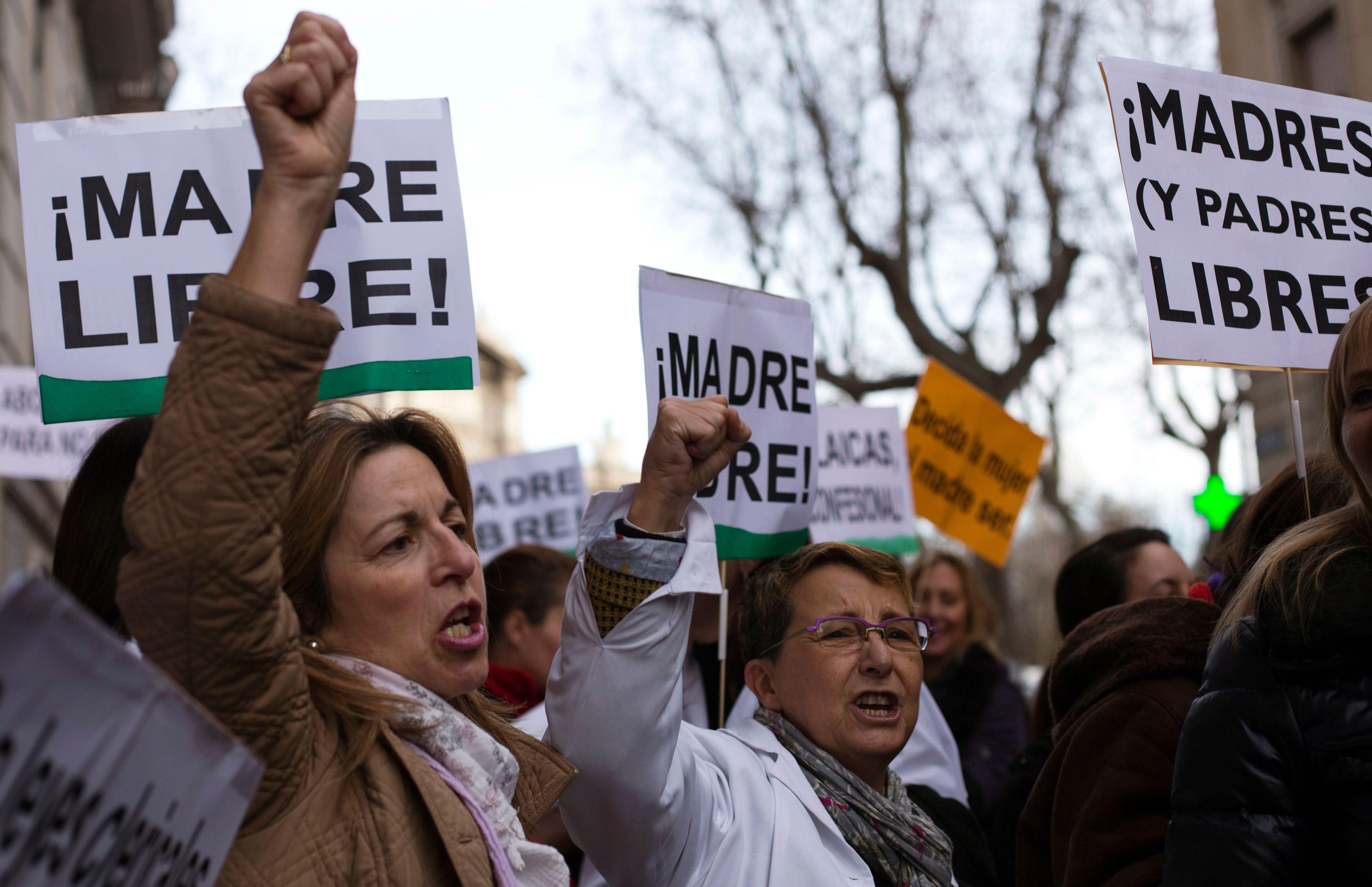 Des femmes manifestent pour le droit à l'avortement devant l'ambassade d'Espagne à Paris.