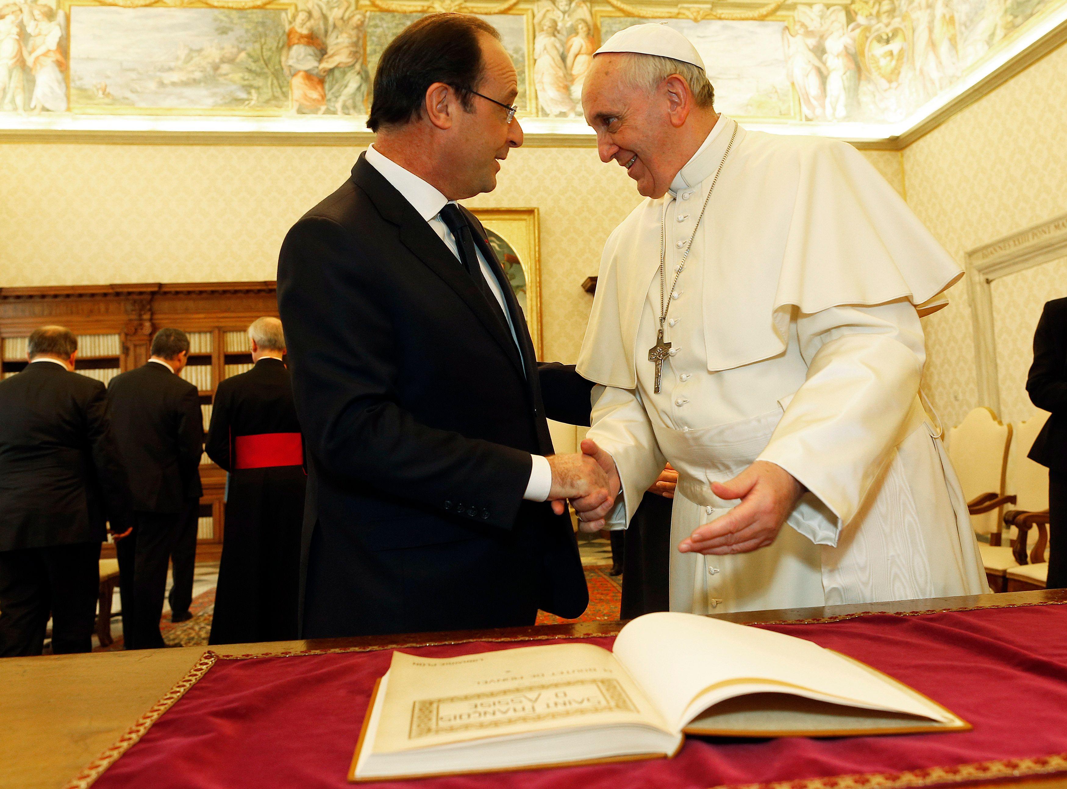 """Rencontre entre François Hollande et le pape François : le président souligne les """"convergences"""" entre le Vaticanet la France"""