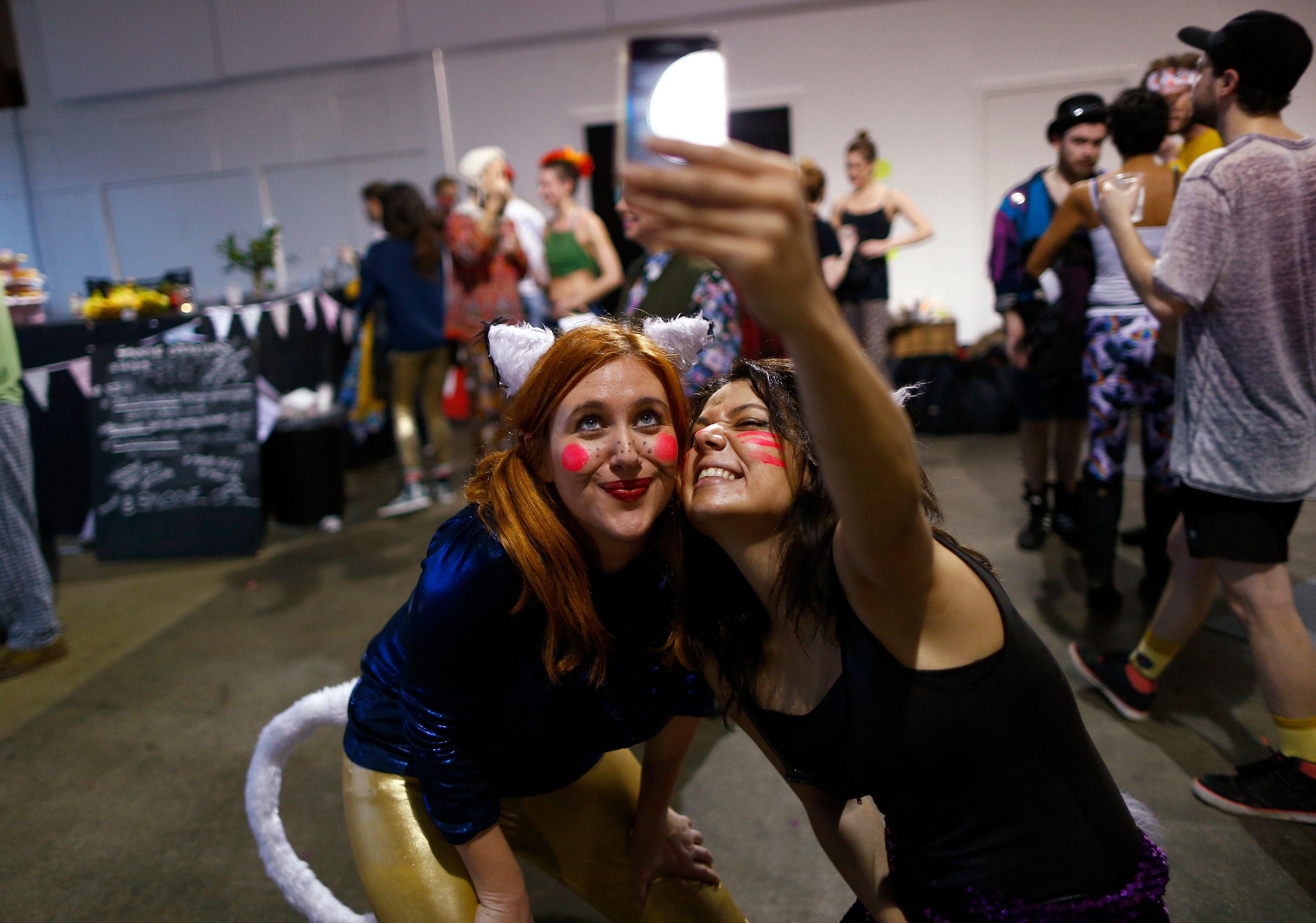 Les selfies seraient responsables d'une invasion de poux