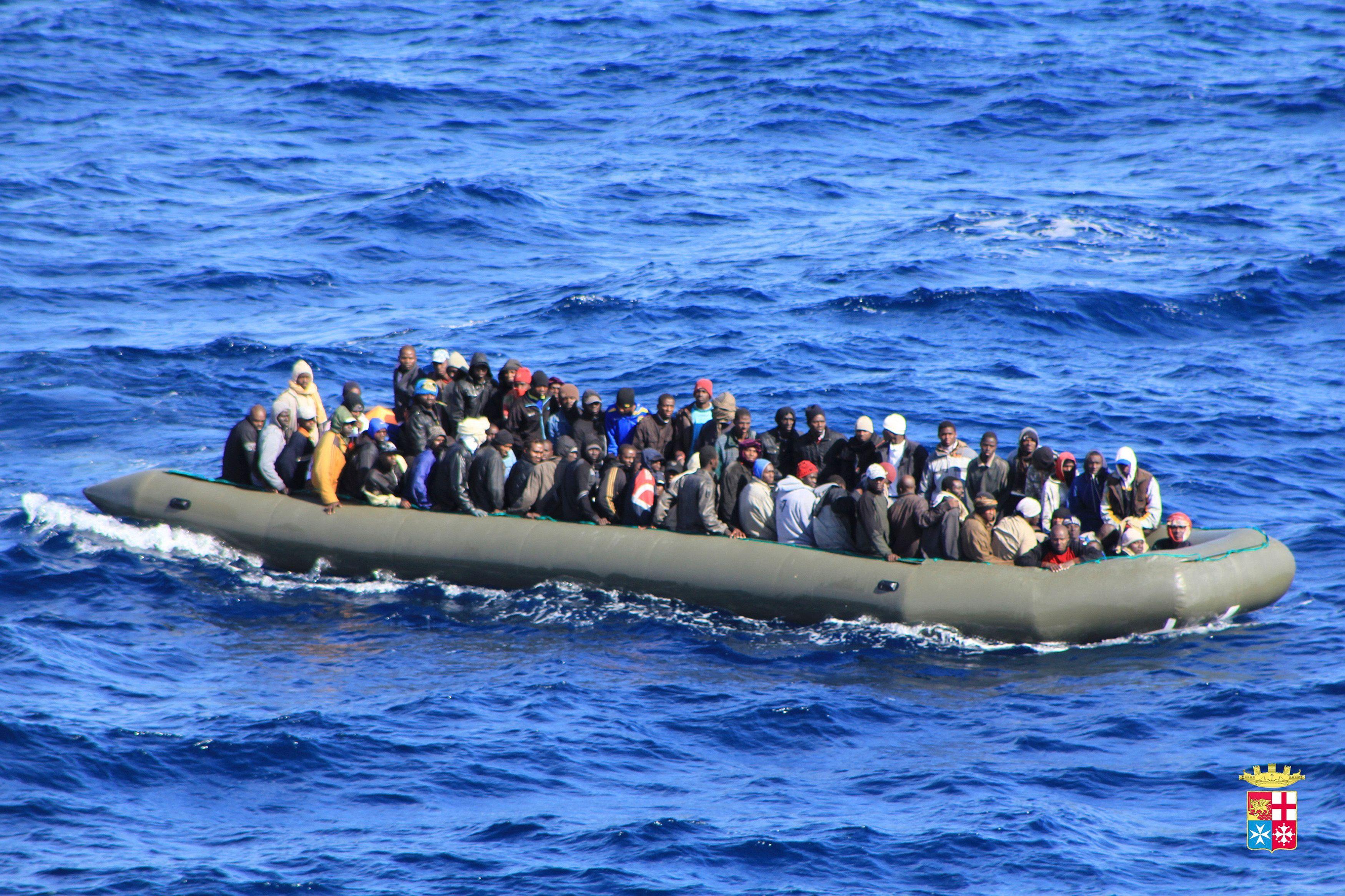 Des migrants tentant de traverser la Méditérranée.