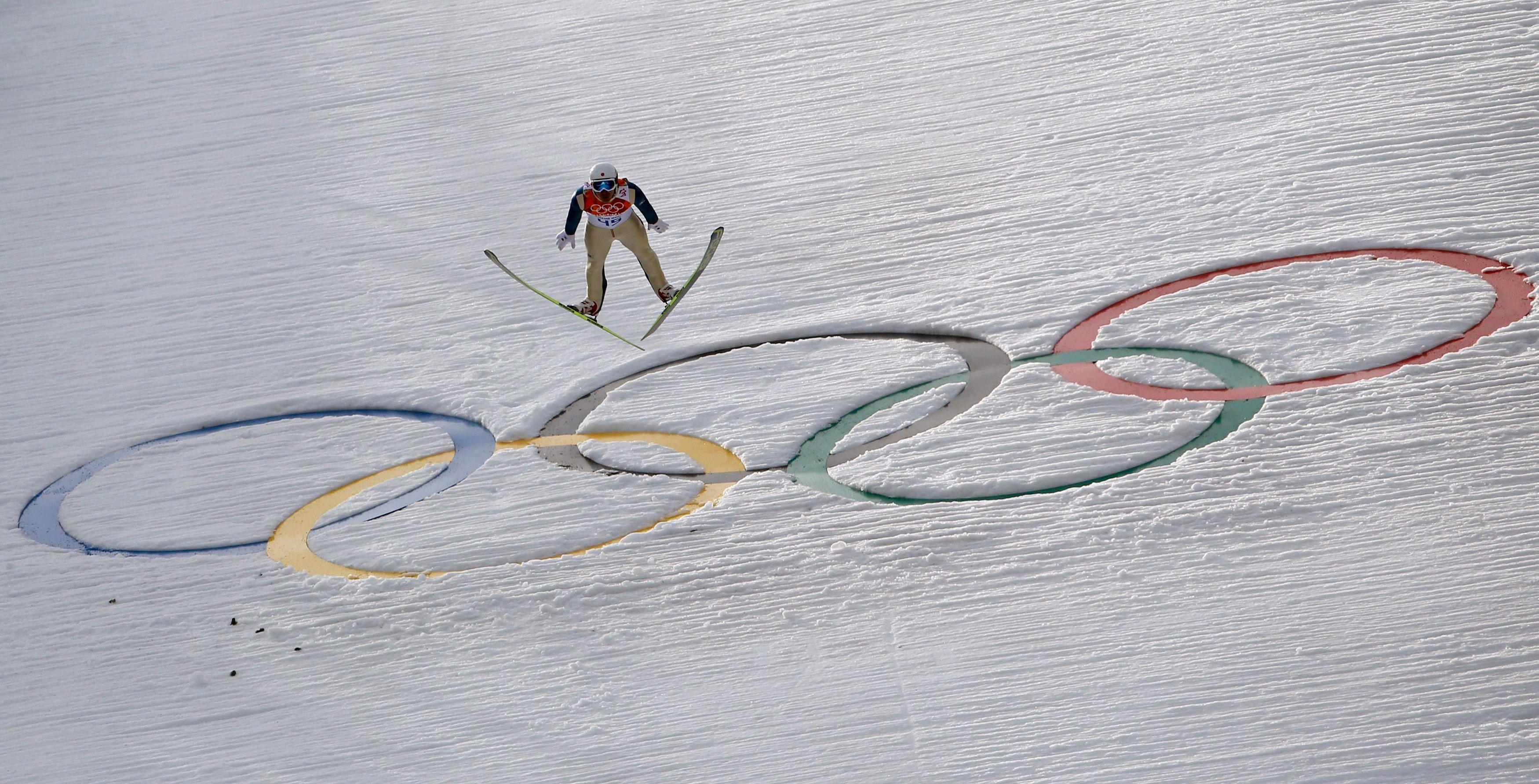 Jeux Olympiques de Sotchi :  savez-vous pourquoi les athlètes mettent leur skis en V dans les épreuves de saut ?
