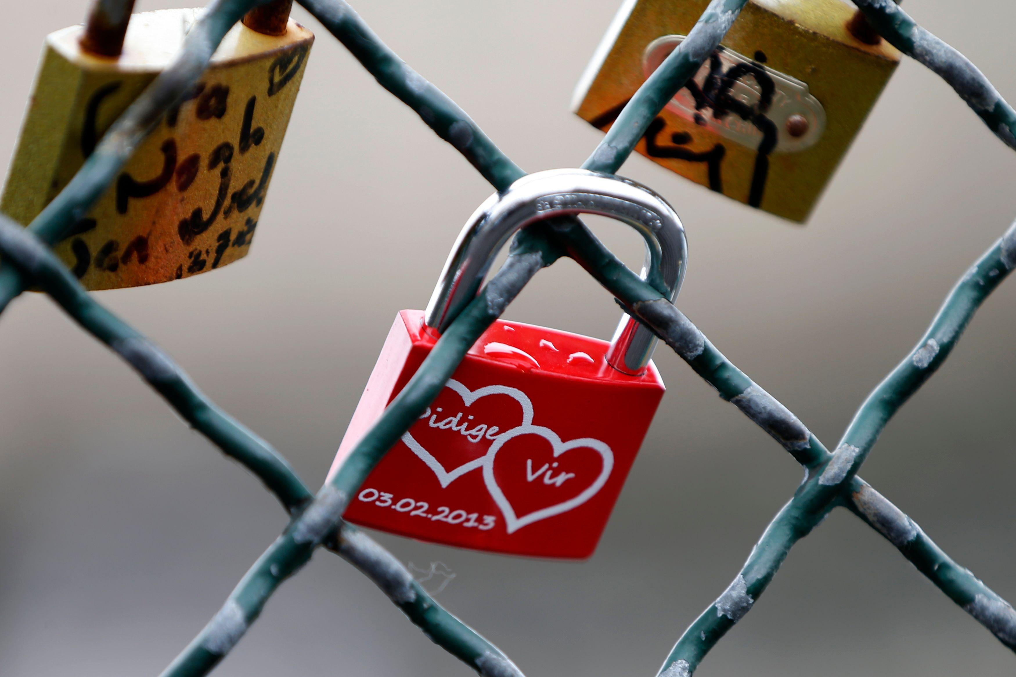 Najat Vallaud-Belkacem sera-t-elle plus forte que les habitudes de la Saint-Valentin et autres comportements traditionnels ?